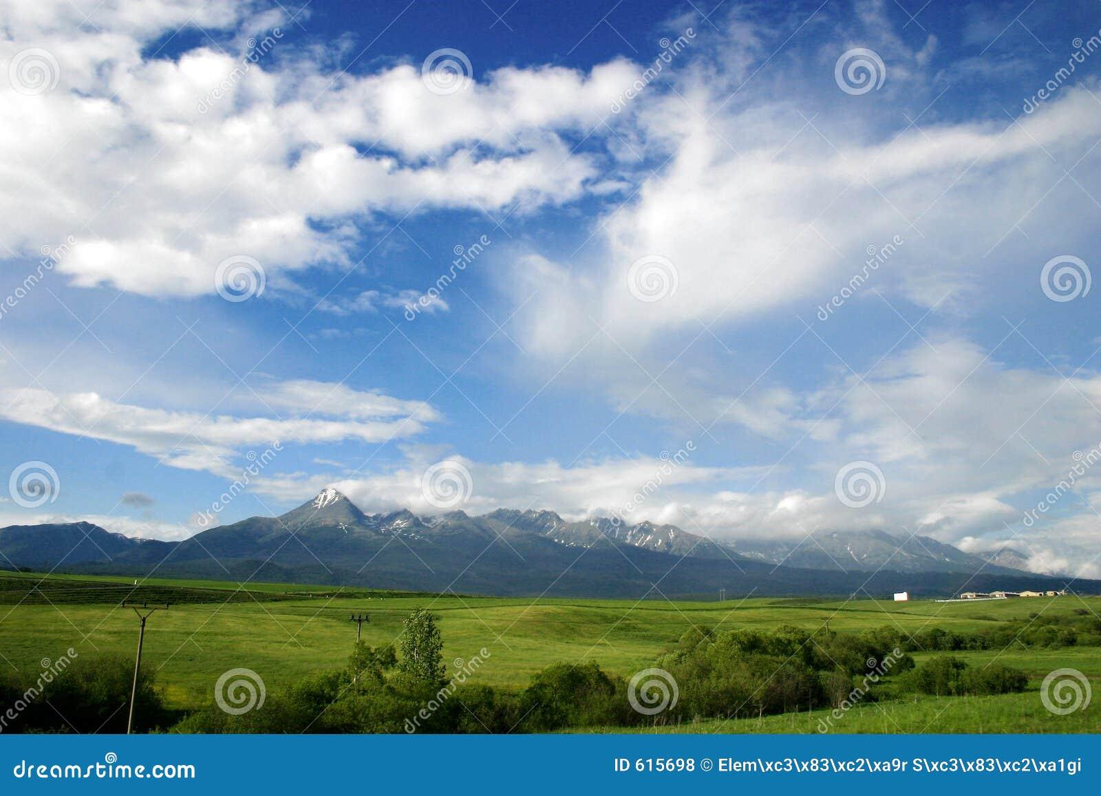 Bewolkt landschap met bergen