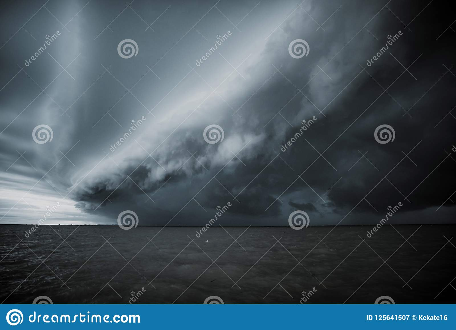 Bewolkt onweer in het overzees vóór de regen de wolk van tornadoonweren boven het overzees Moessonseizoen Orkaan Florence