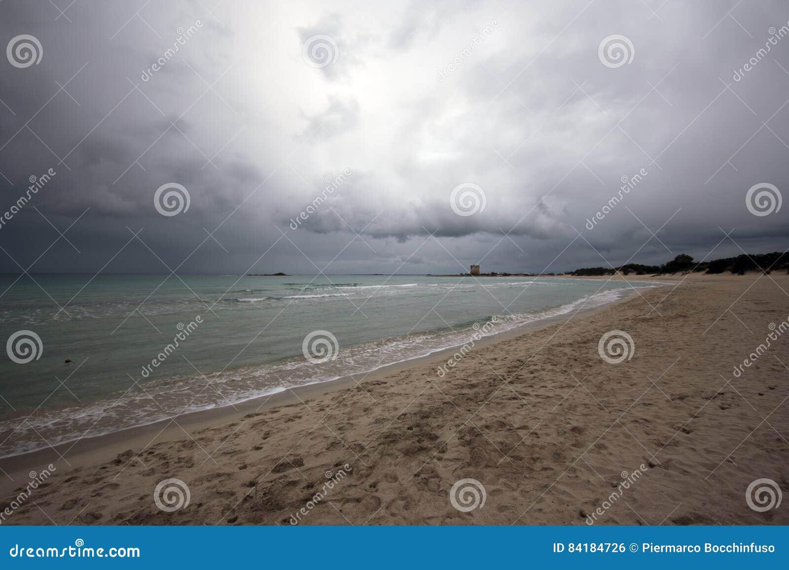 Bewolkt Strand