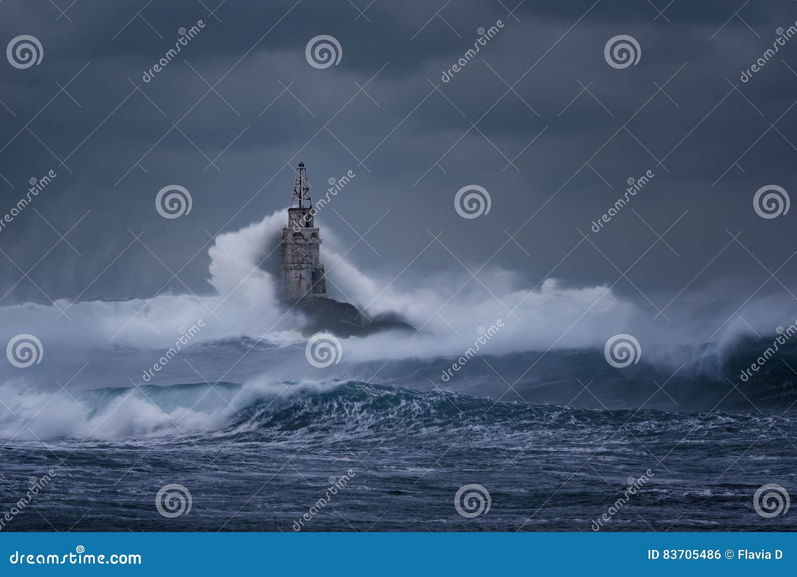 Bewolkte dag Dramatische hemel en reusachtige golven bij de Vuurtoren, Ahtopol, Bulgarije