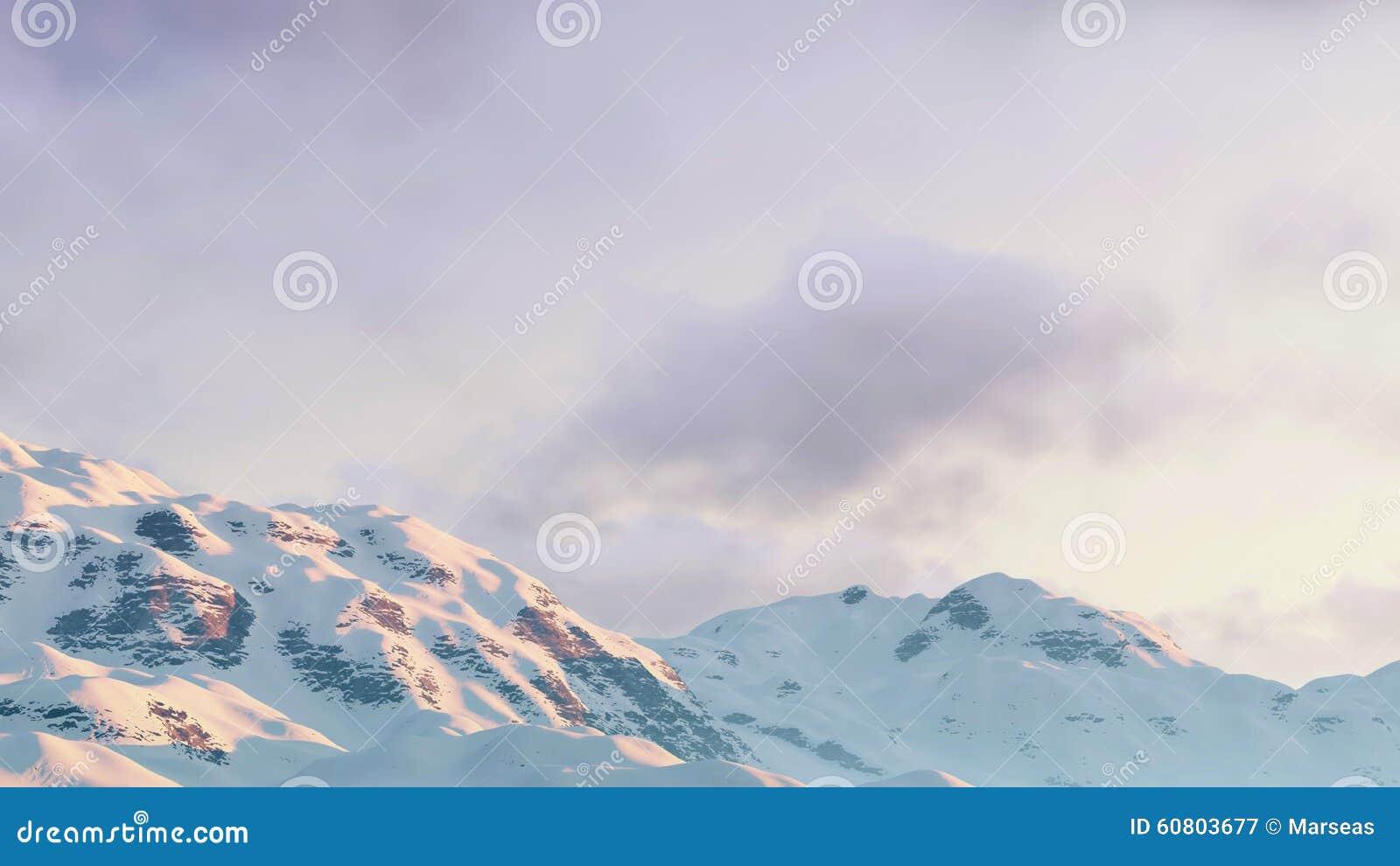 Bewolkte de winterhemel over bergpieken