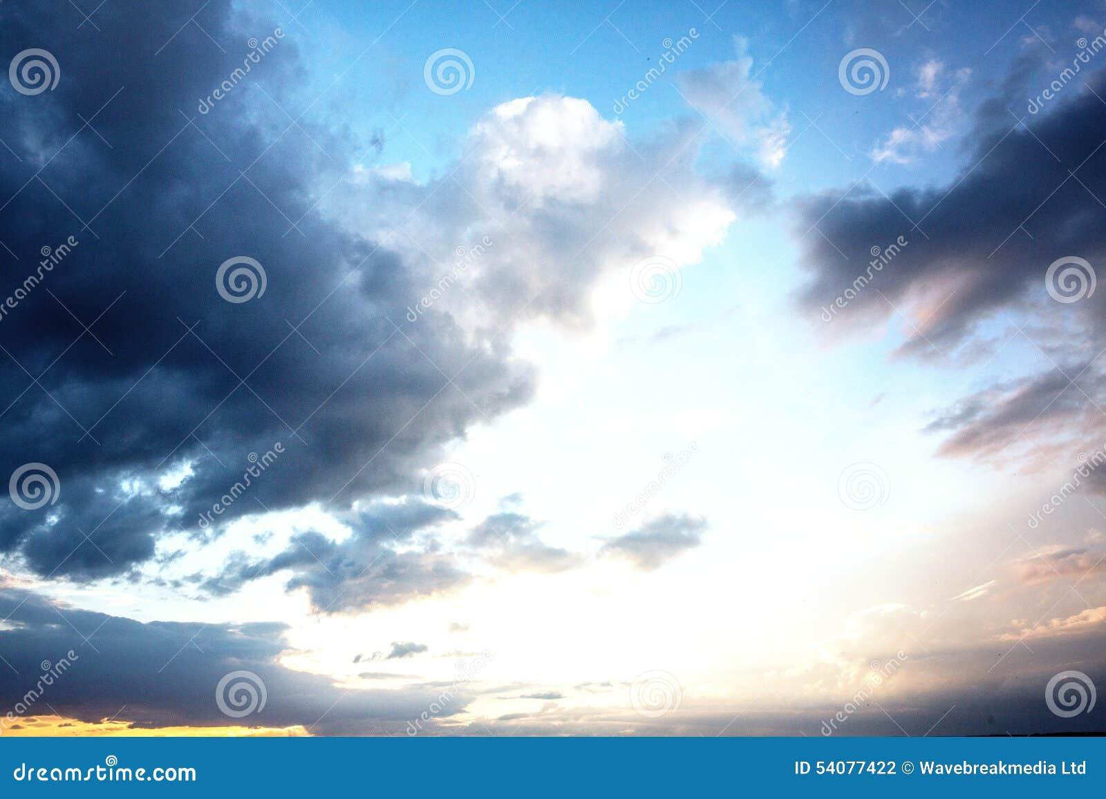 Bewolkte hemel met mooie zonneschijn