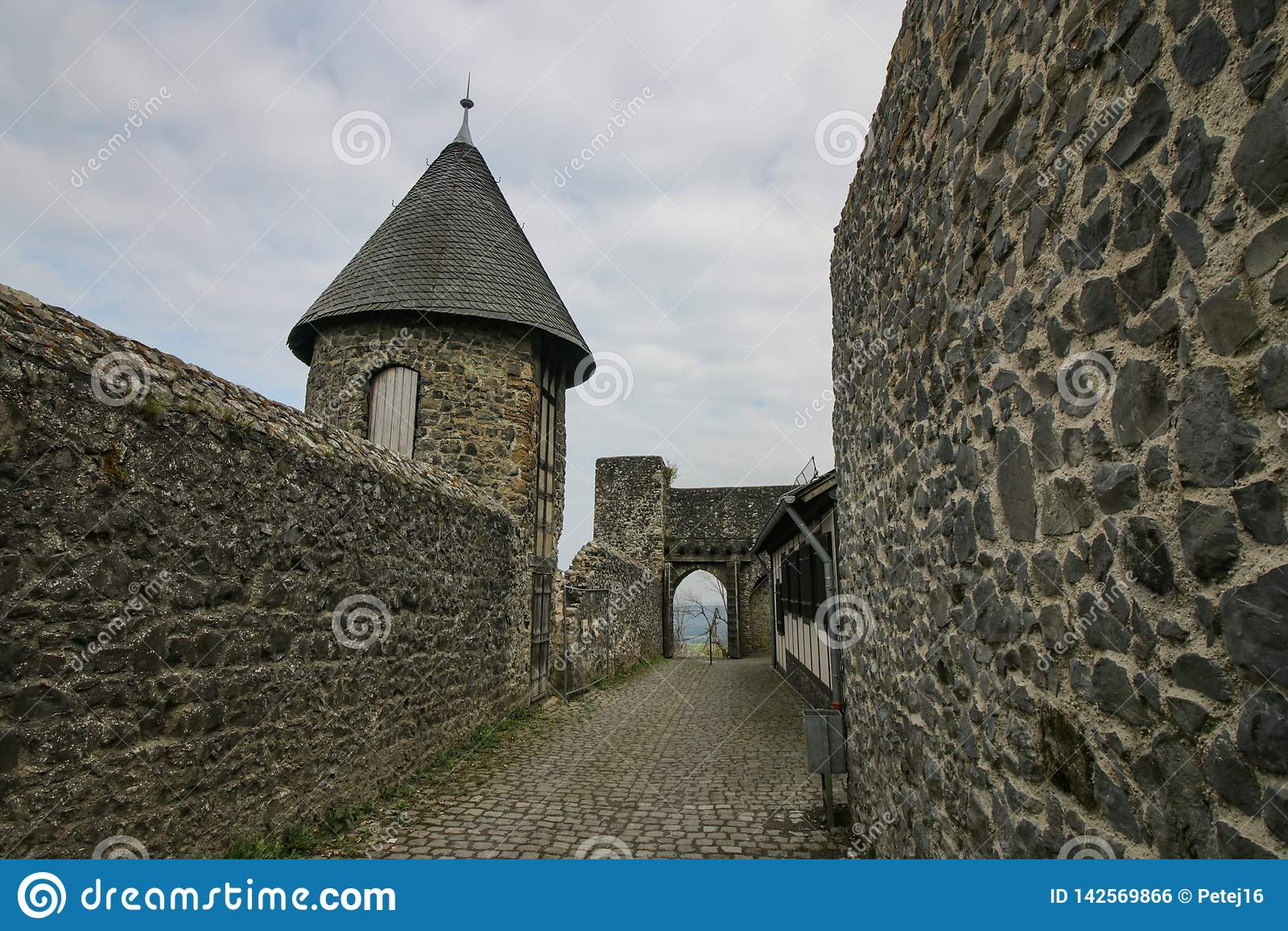 Bewolkte hemel over middeleeuwse kasteelruïnes
