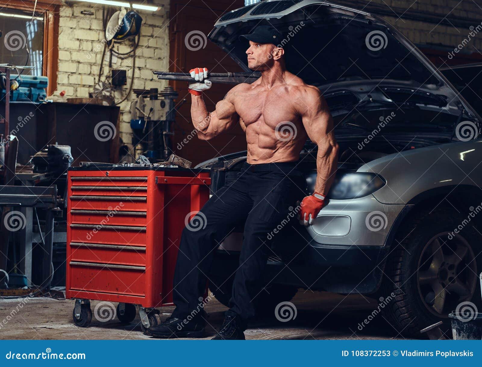 Bez koszuli mechanik w garażu