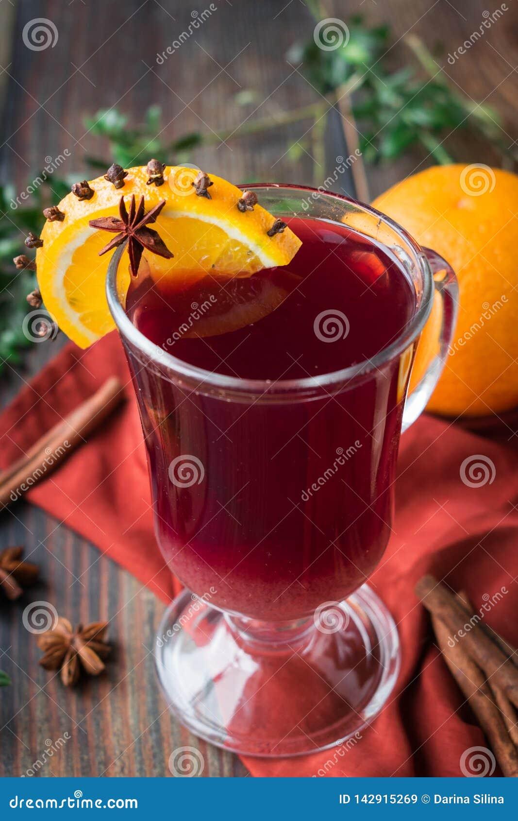 Bezalkoholowy rozmyślający wino od gronowego soku z pomarańcze i pikantność w szklanej czara