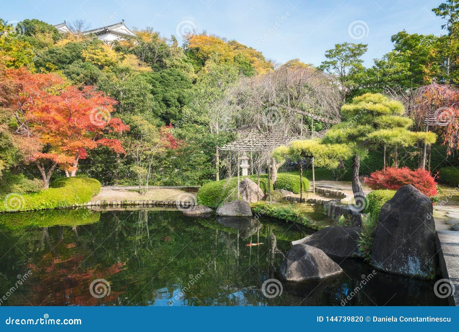 Bezaubernde Ecke des Gartens Koko-en im Herbst, in Himeji, Japan