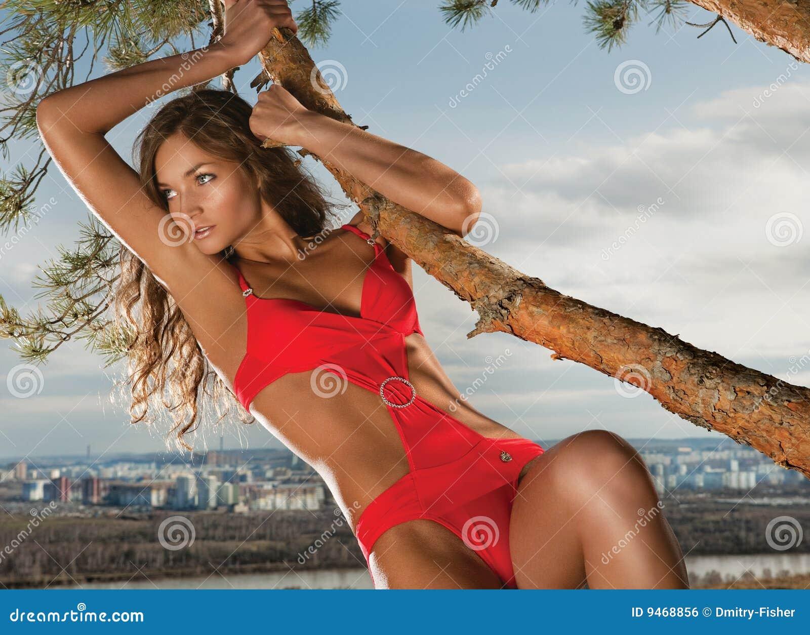 Bezaubernde Frau und Baum