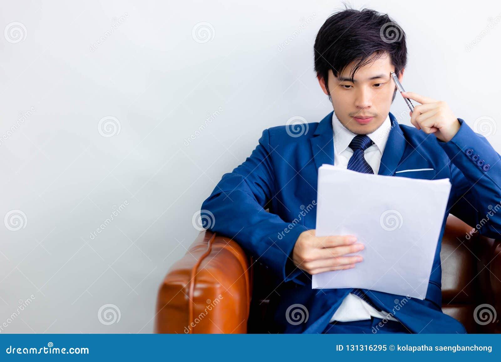 Bezaubernder hübscher junger Kerl denkt seine Arbeit für das Lösen Pro