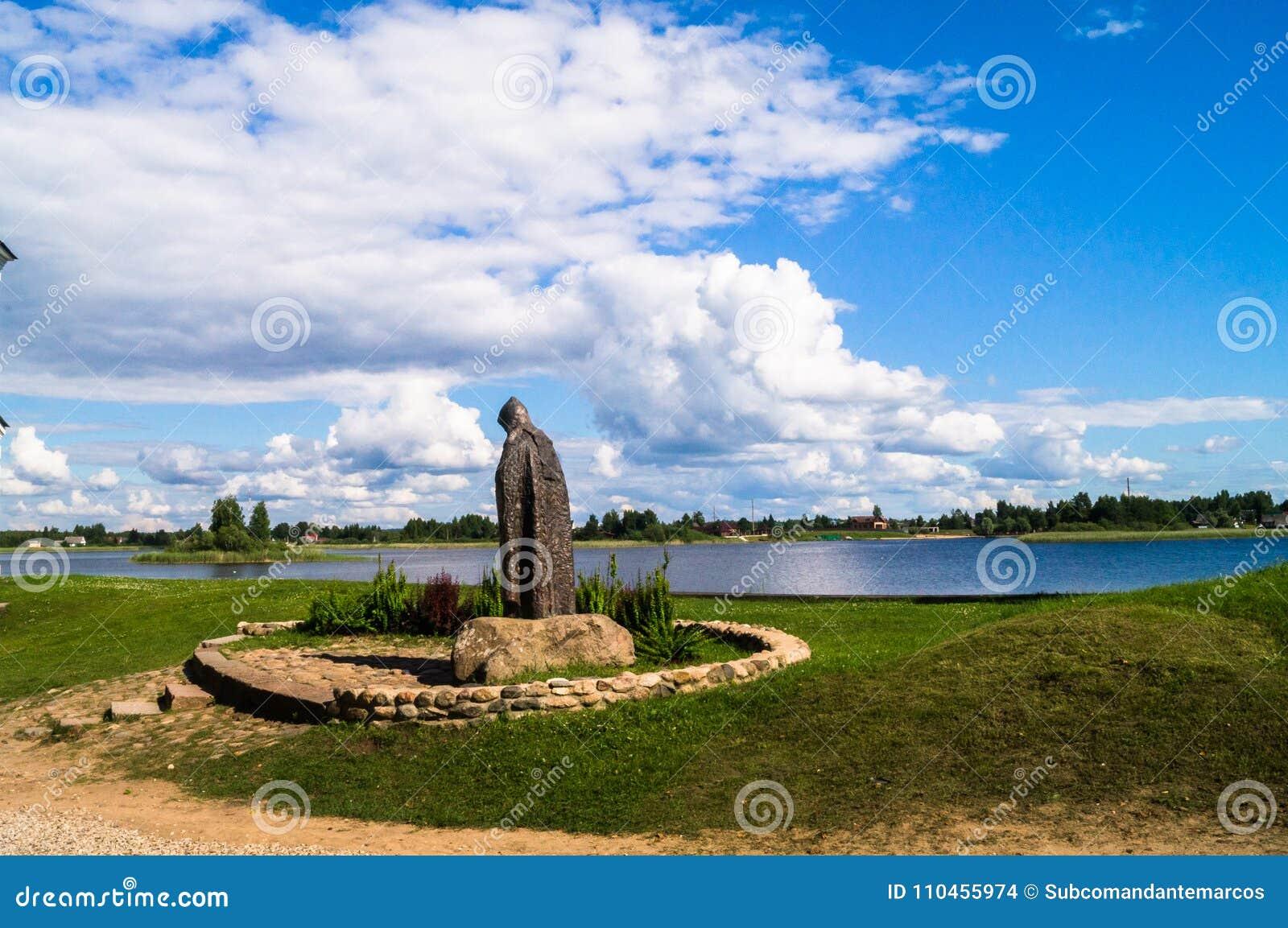 Bezbrzeżne Rosyjskie rozległość Wielebny zero Stolobensky pomnik w Nilus monasterze na jeziornym Seliger, Tver region Rosja