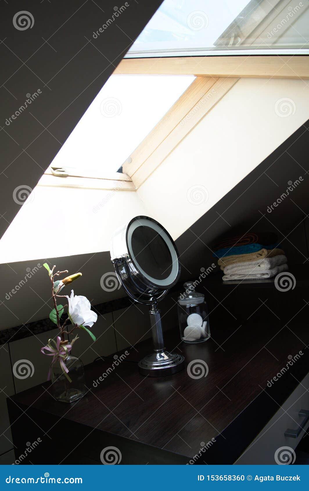 Bezcelowość stół z round lustrem pod skylight