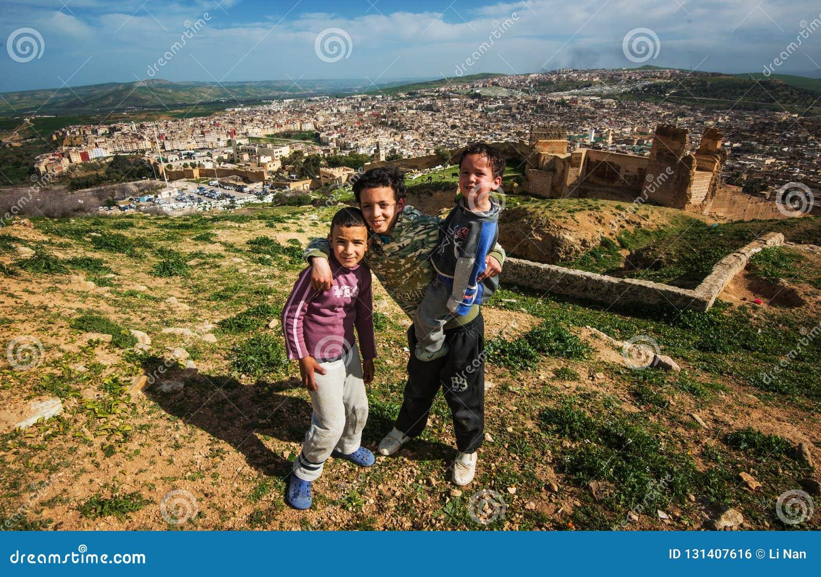 Bezdomni biedni dzieci w antycznym Fes mieście rujnują górę, Fes, Maroko