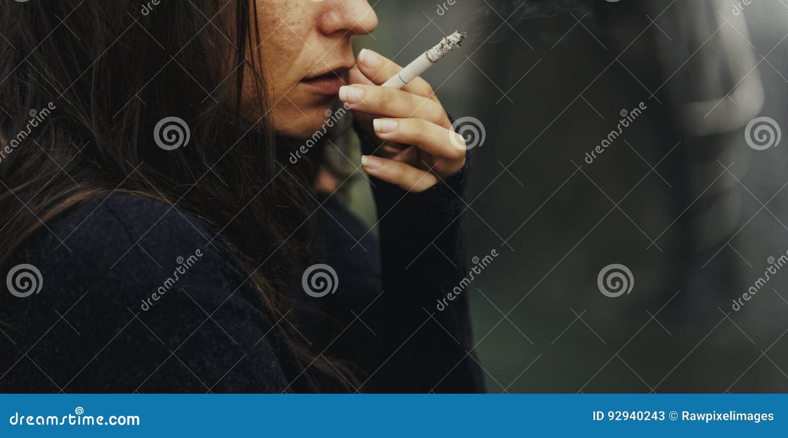 Bezdomny Dorosłej kobiety dymienia papierosu nałóg