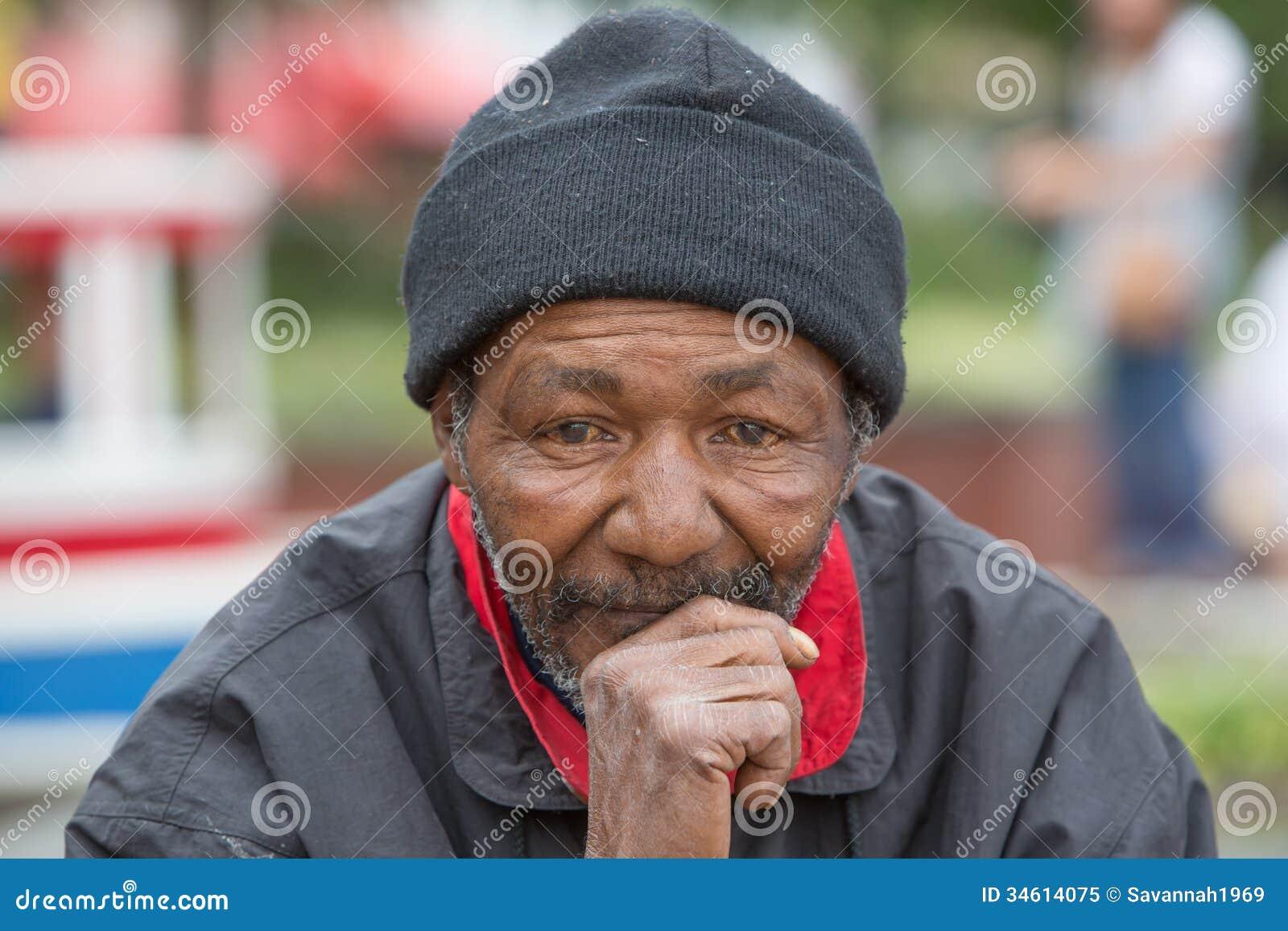 Bezdomny mężczyzna główkowanie