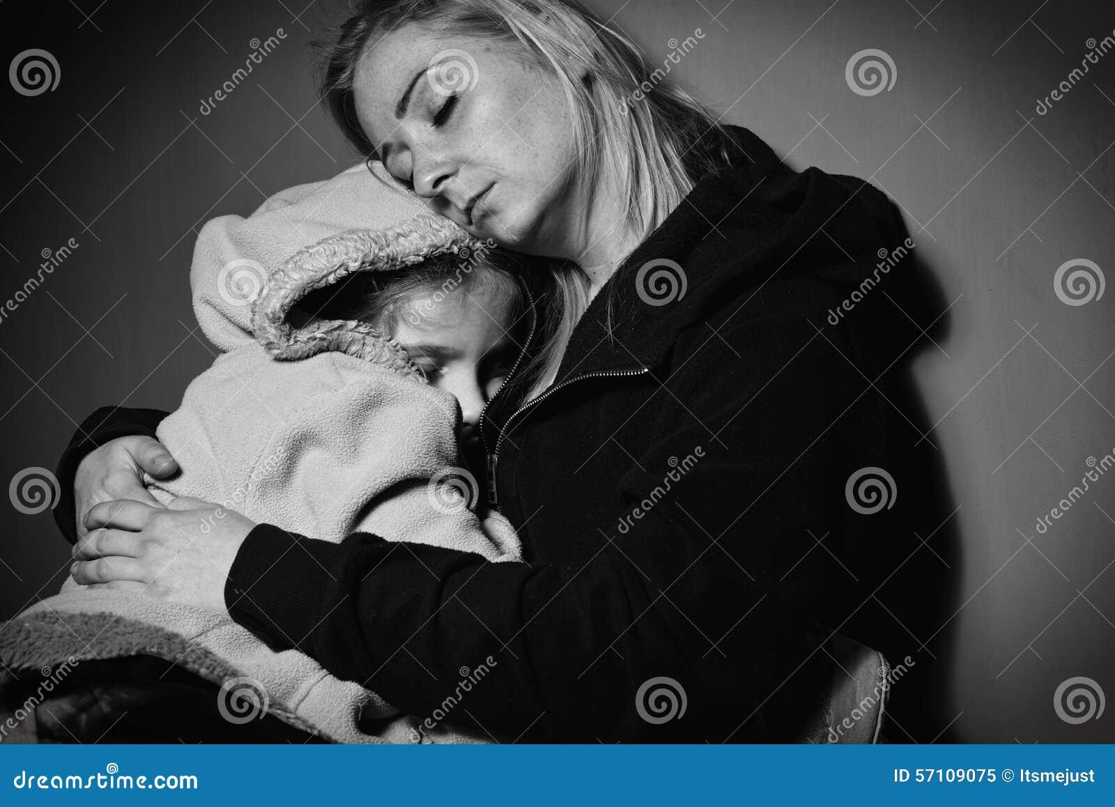 Bezdomny matkuje z jej córką