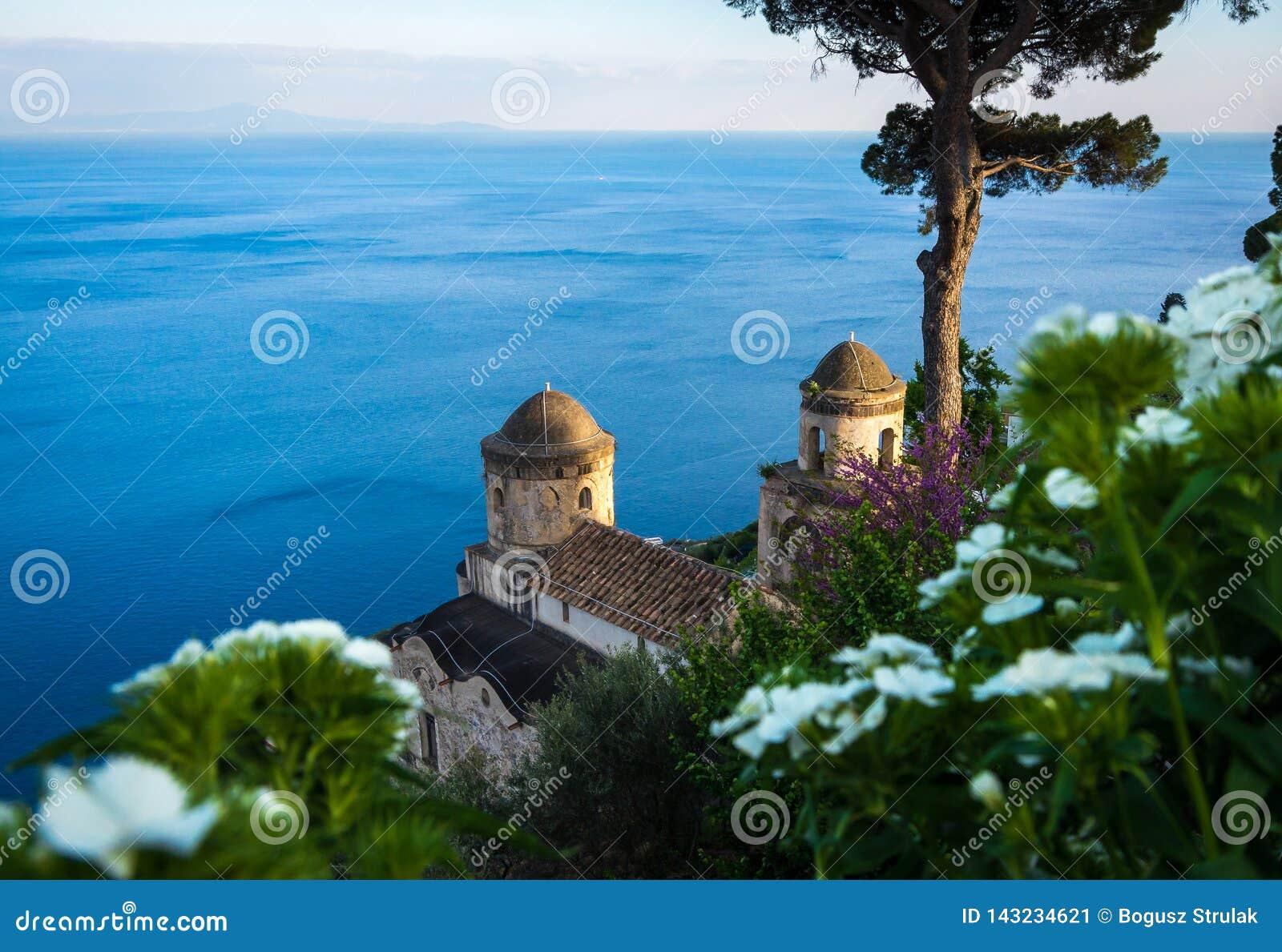 Bezienswaardigheden bezoekend Villa Rufolo en het is tuinen in Ravello-bergtop plaatsend op mooiste kustlijn van Italië de, Ravel