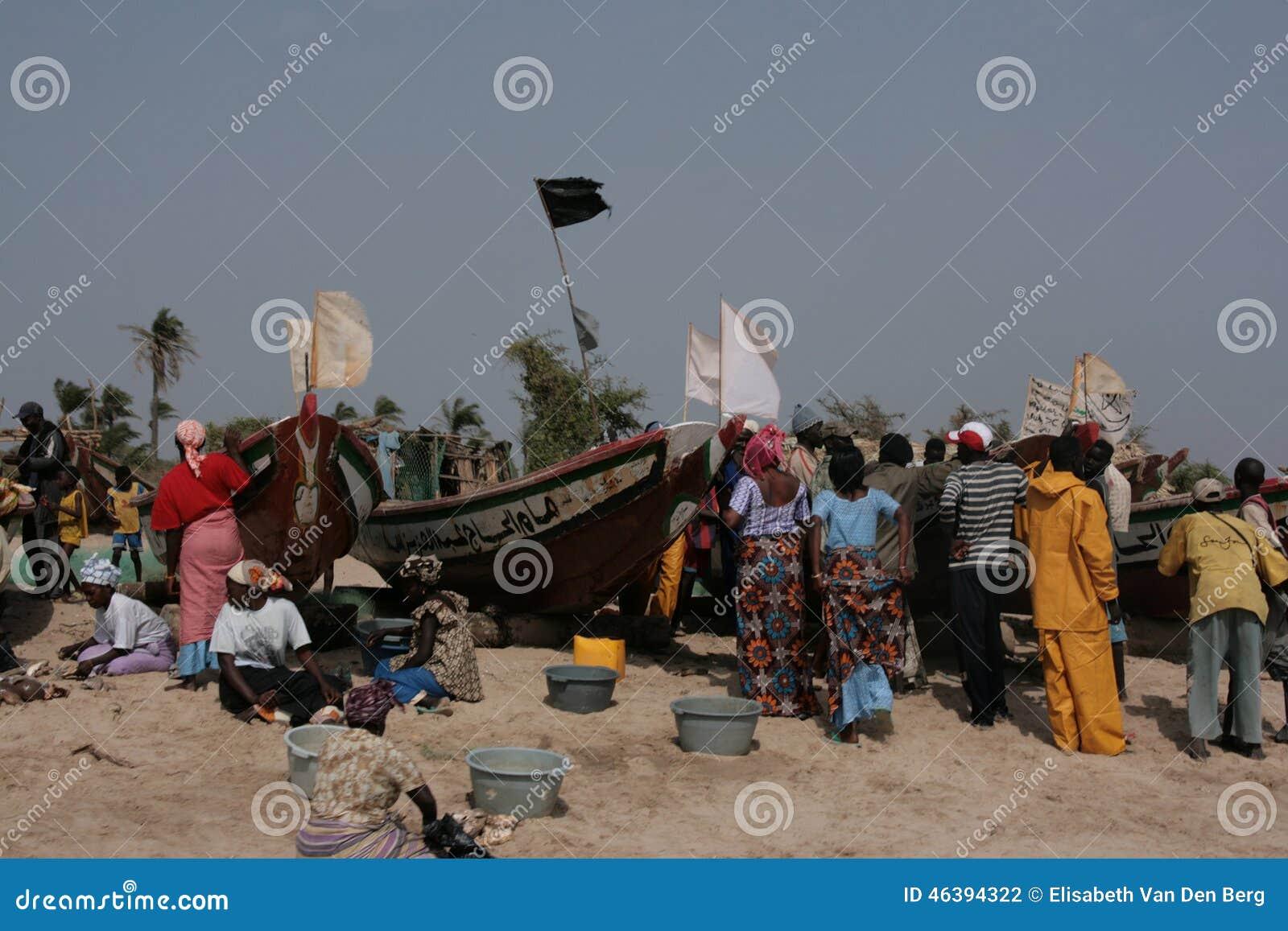 Bezig strand wanneer de vissersboot - Gambia, Afrika terugkeert