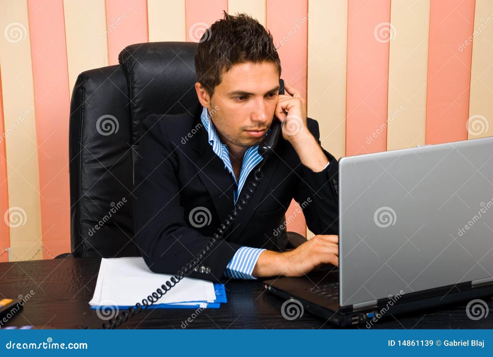 Bezige bedrijfsmens in bureau
