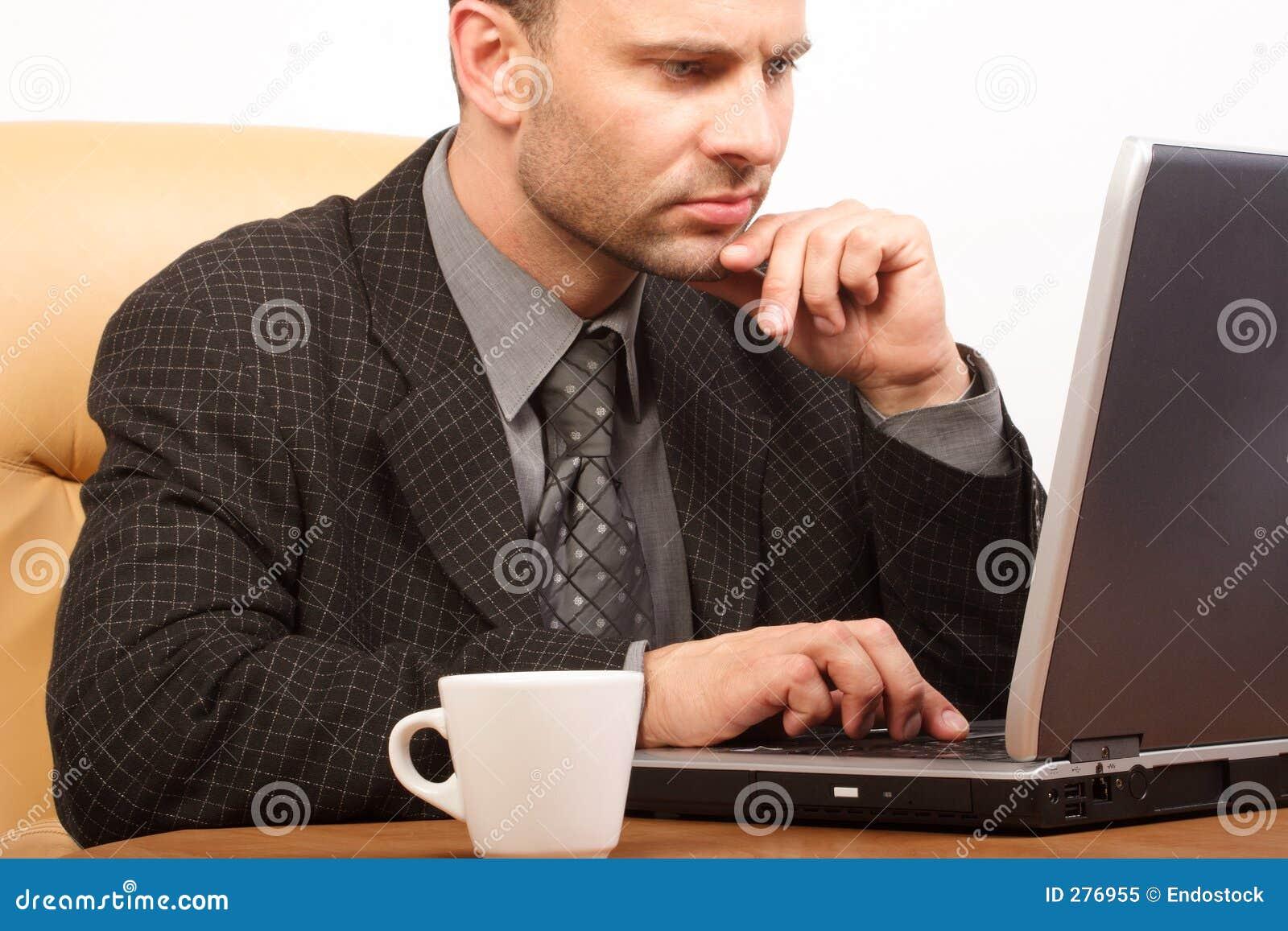 Bezige bedrijfsmens met zijn laptop