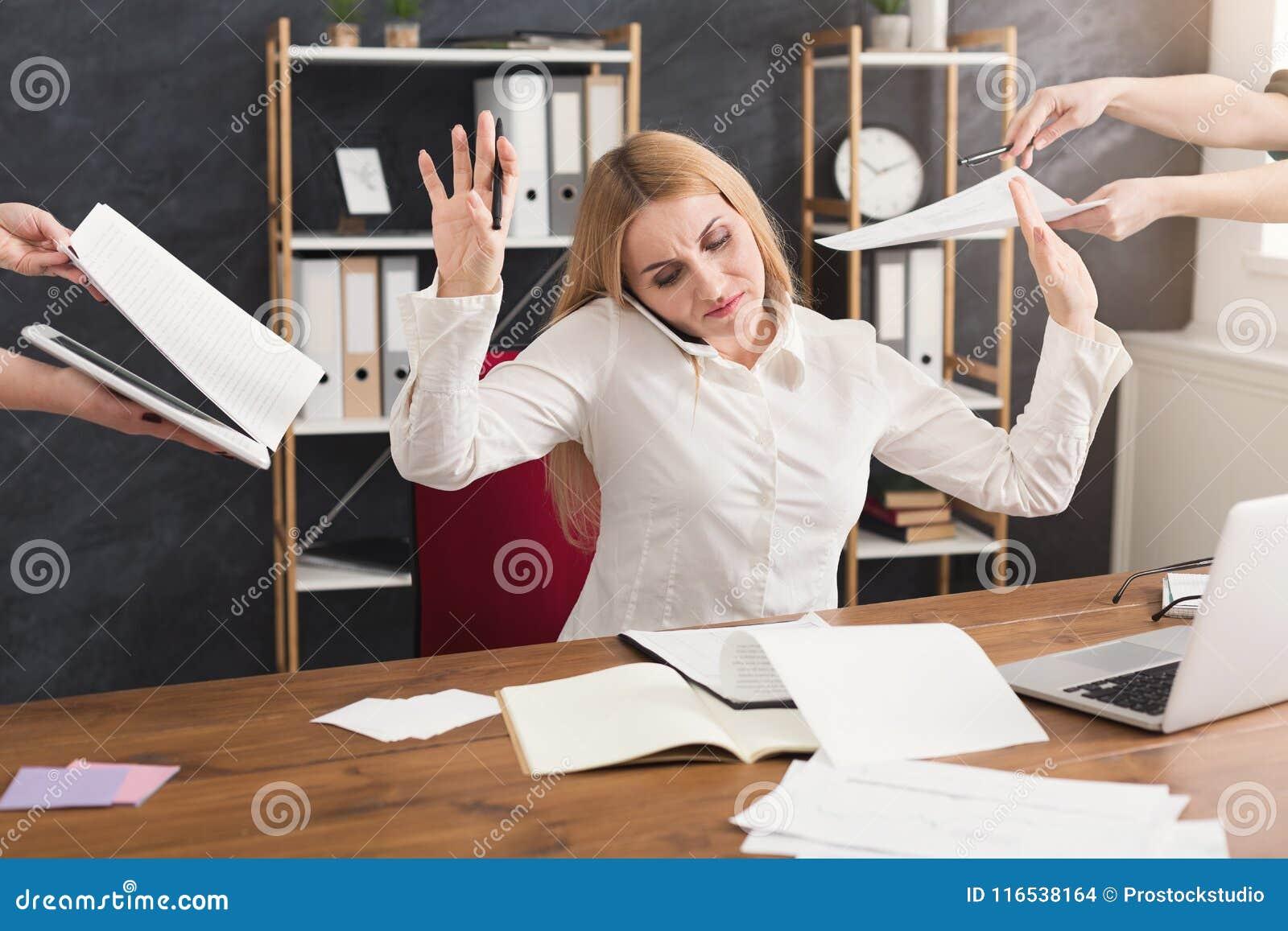 Bezige vrouw in bureau gesturing einde aan medewerkers
