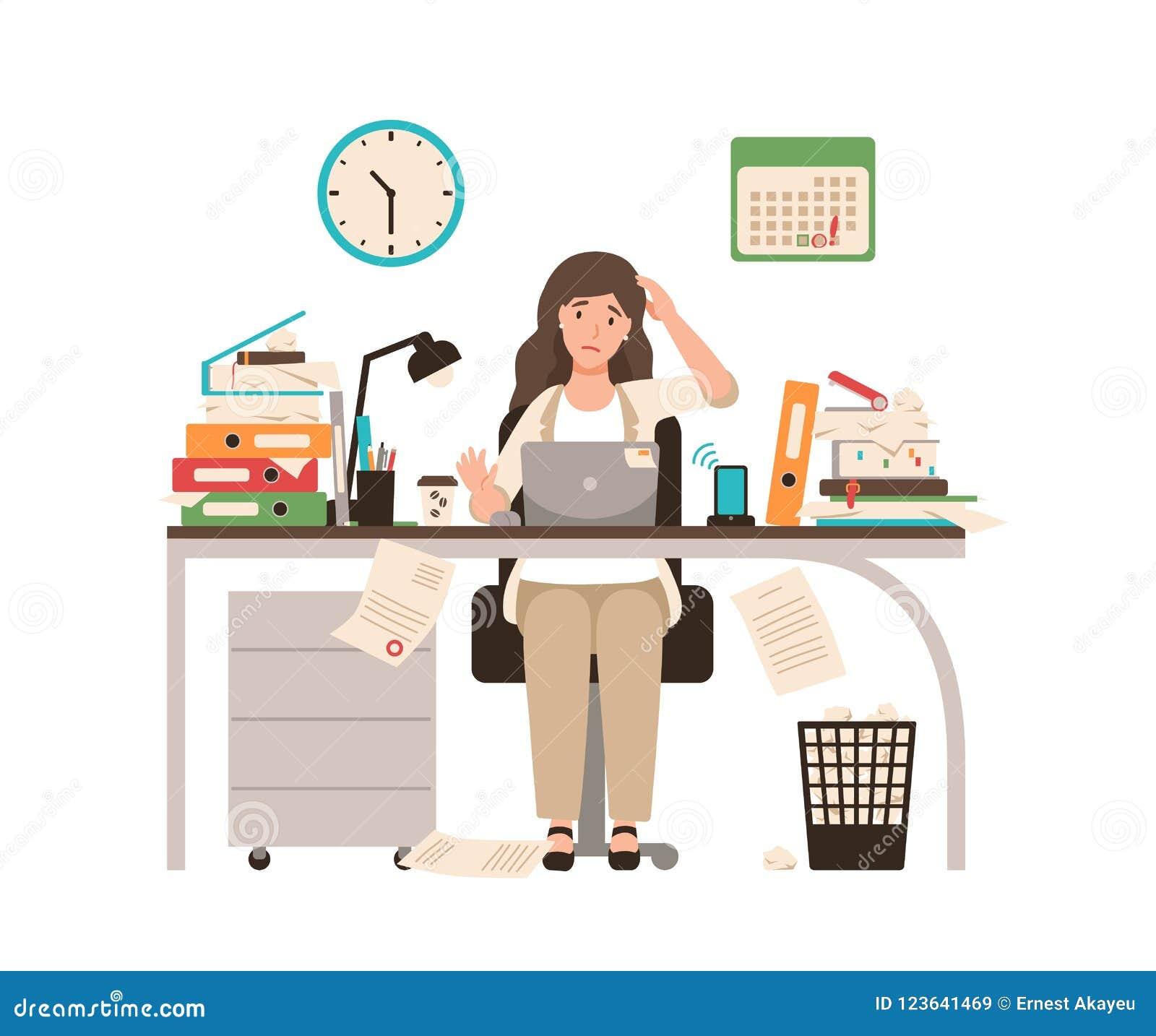 Bezige vrouwelijke die beambte of bediendenzitting bij bureau volledig met documenten wordt behandeld Vrouw die bij laptop overwe