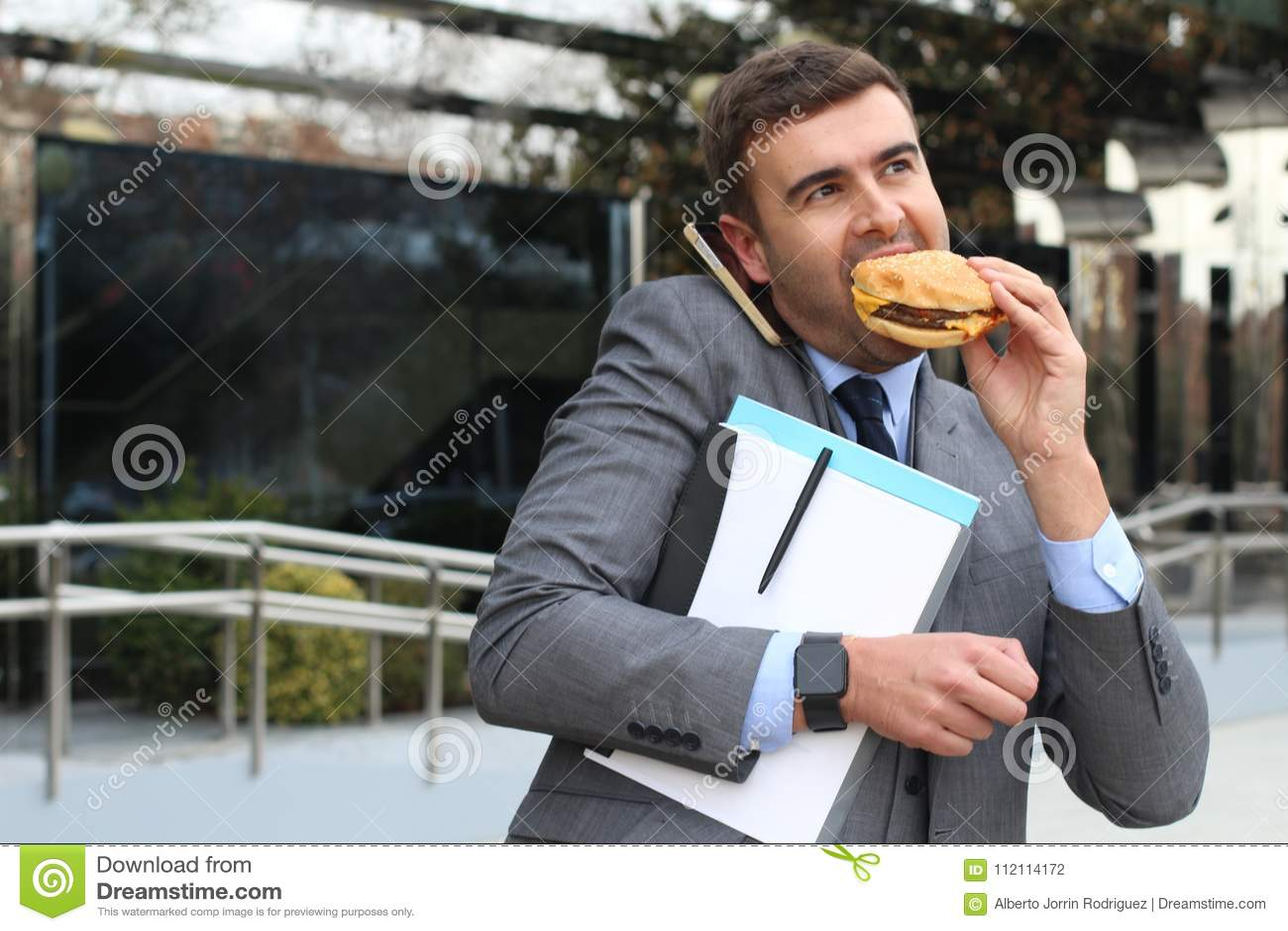 Bezige zakenman die, en lunch gelijktijdig lopen roepen hebben
