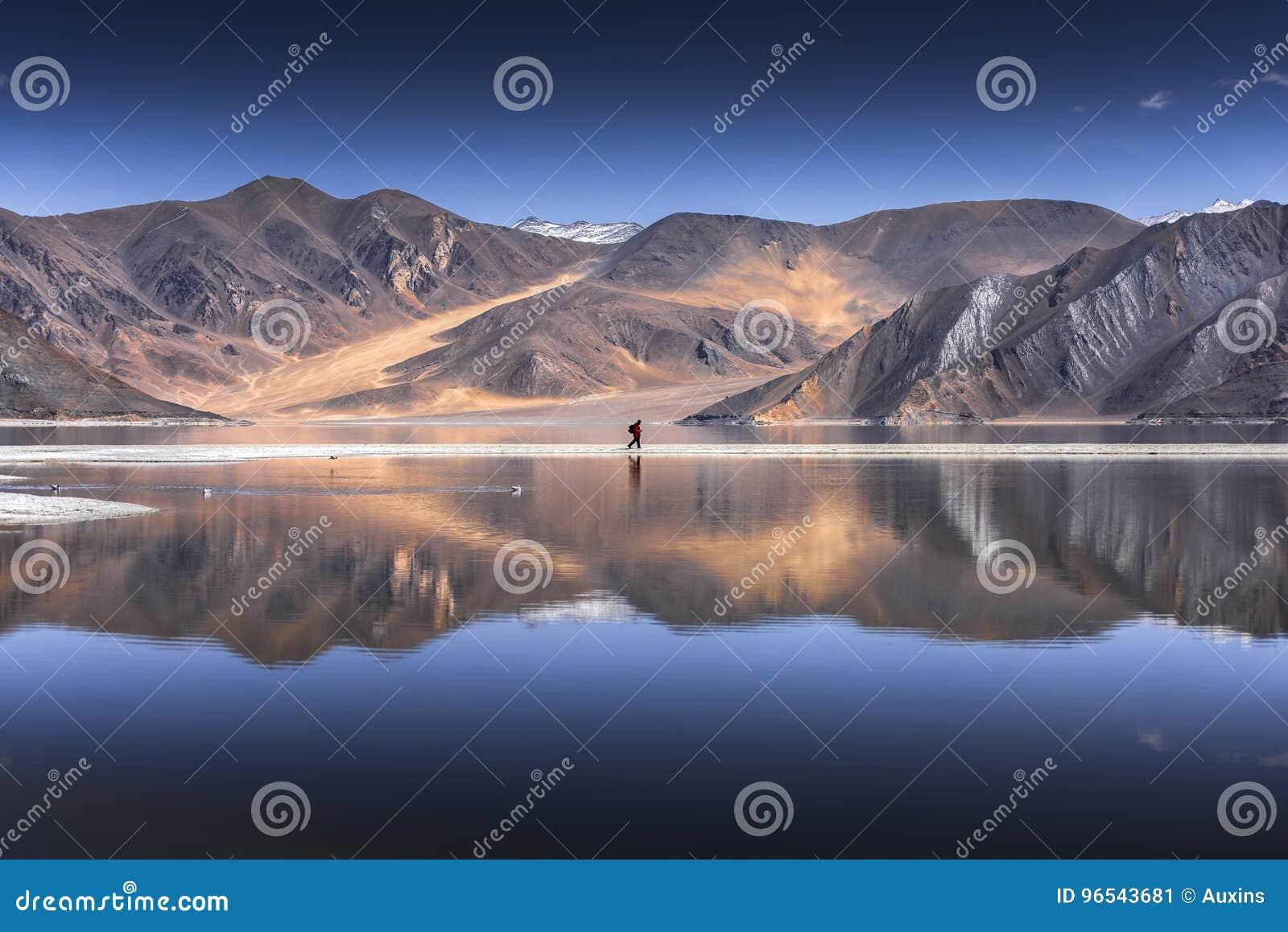 Bezinning van Bergen op Pangong-Meer met blauwe hemelachtergrond Leh, Ladakh, India