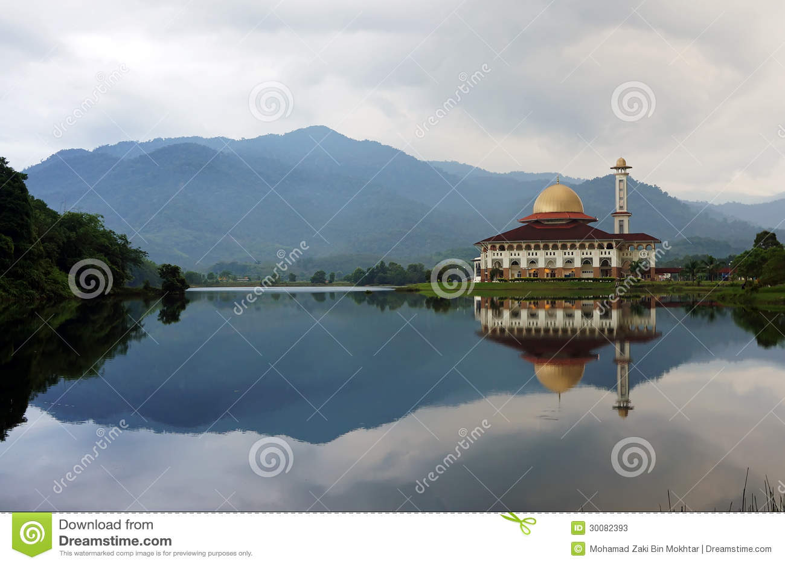 Moskee door de oever van het meer