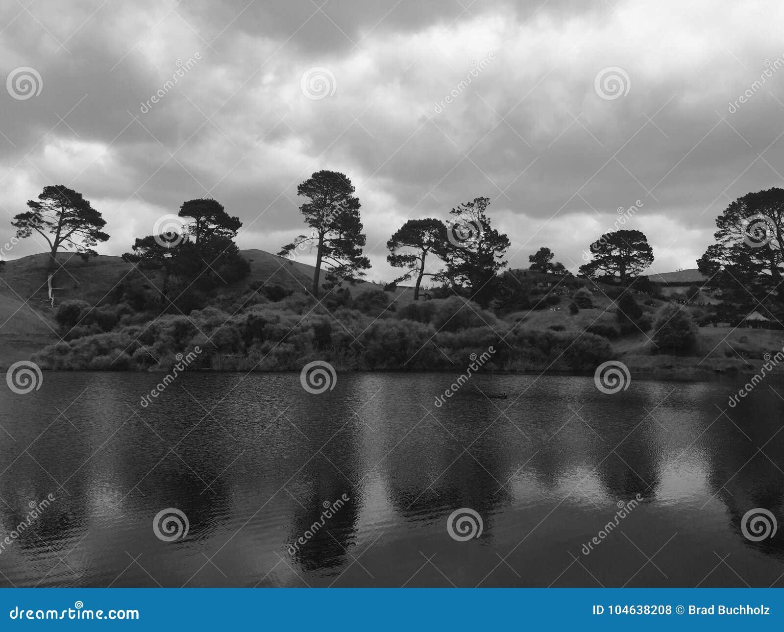 Download Bezinningen in het Meer stock foto. Afbeelding bestaande uit avond - 104638208