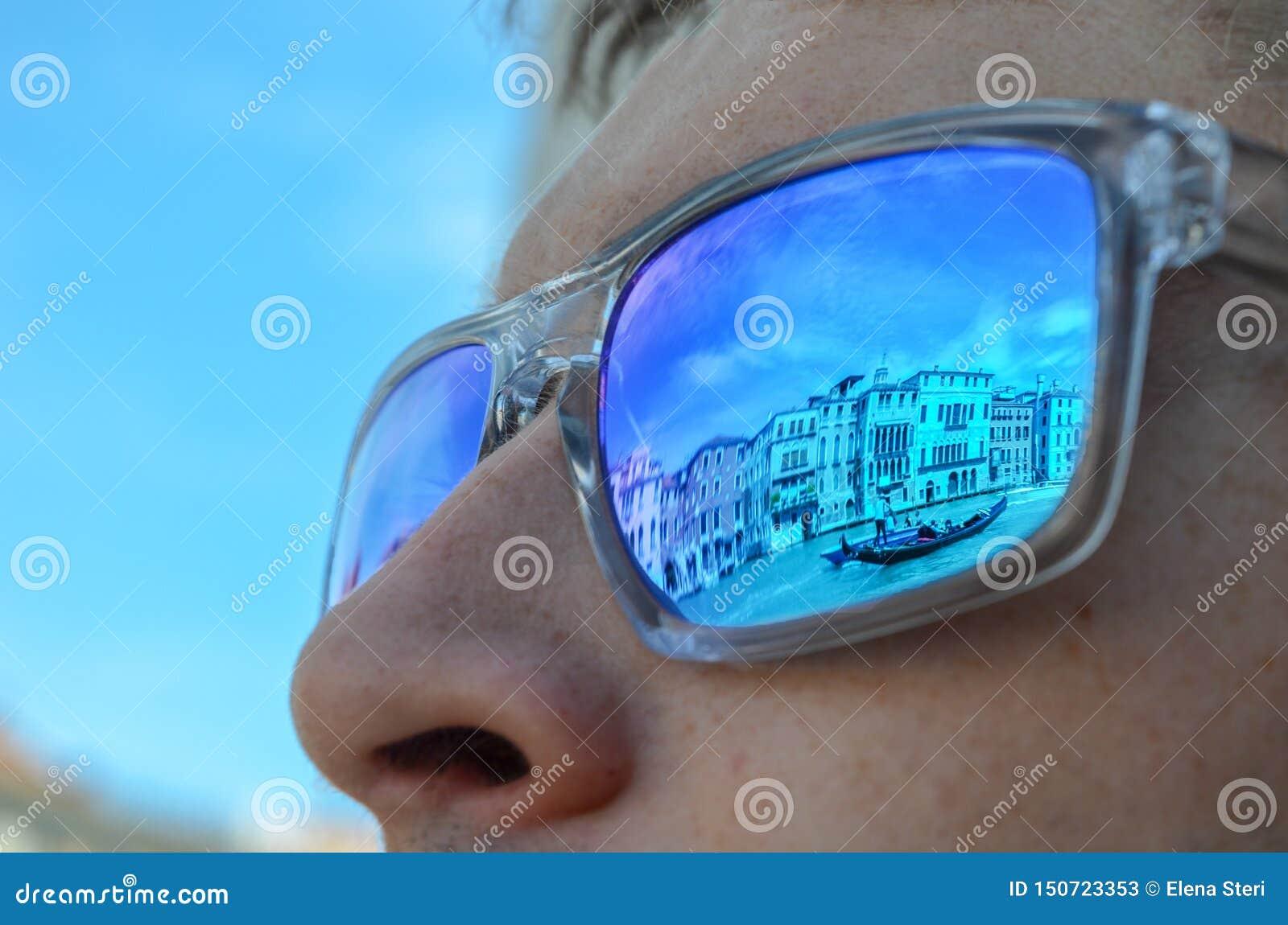 Bezinningen van Venetië in zonnebril