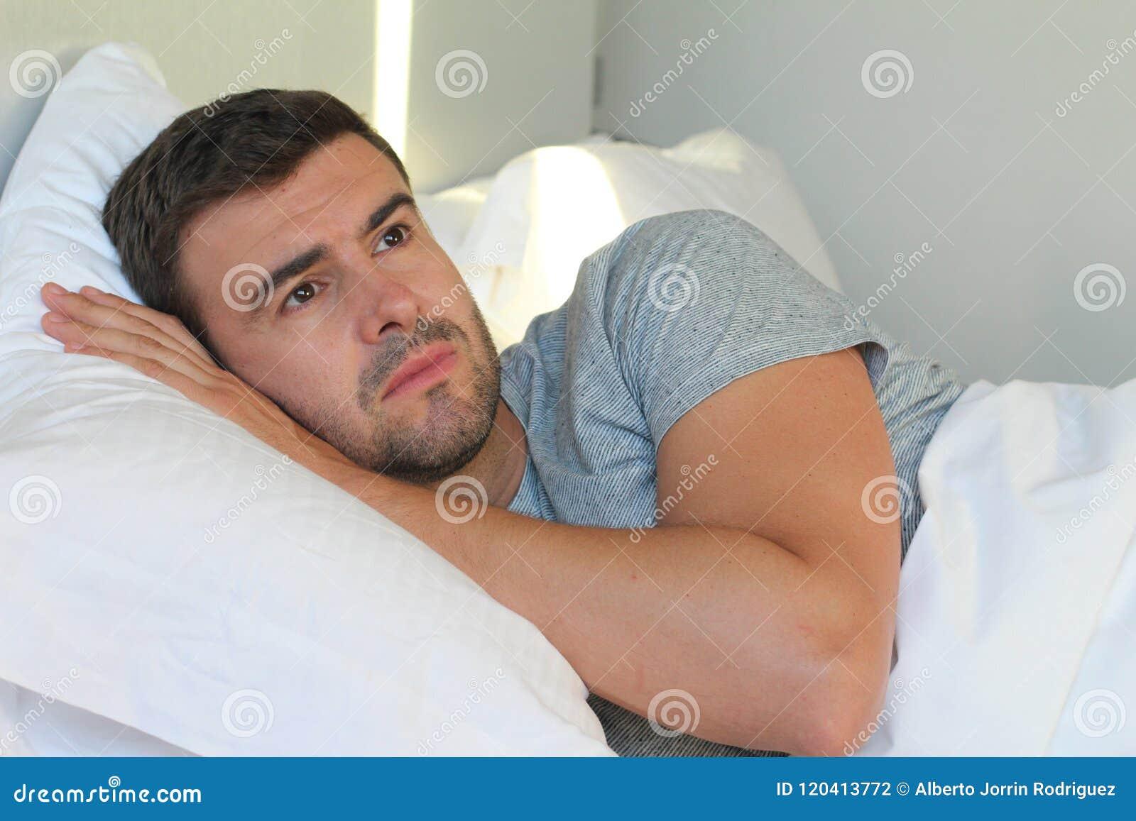 Beznadziejnego mężczyzna łgarski puszek w łóżku