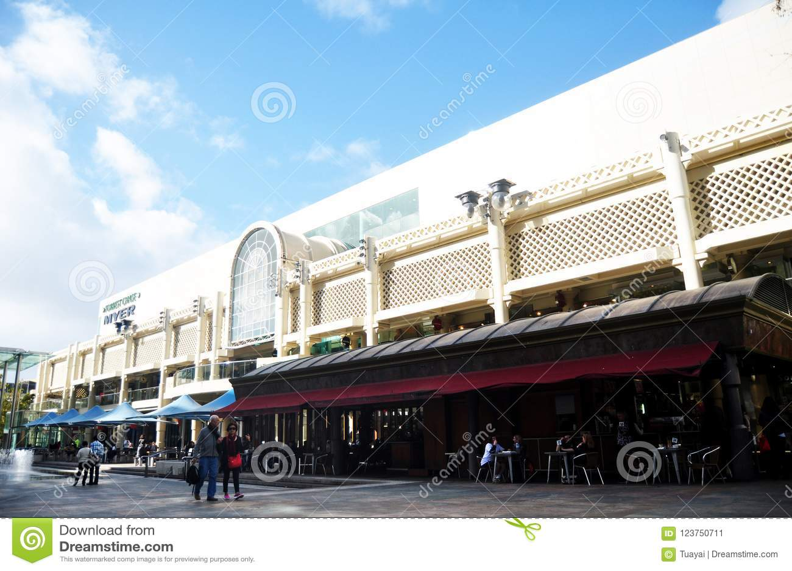 Bezochte de mensen reizen en winkelend in Myer City Store in Perth, Australië