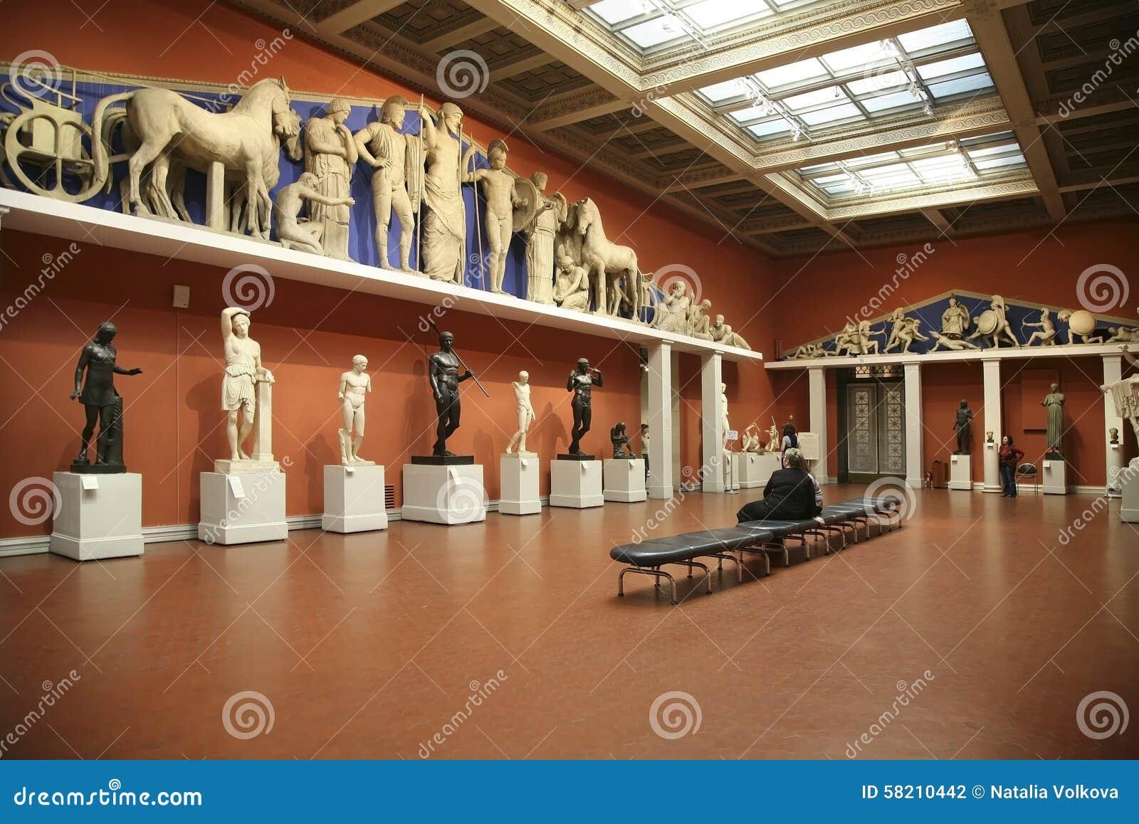 Bezoekers in de olympische zaal van het pushkin museum van beeldende kunsten redactionele - Versiering van de zaal van het tienermeisje van ...