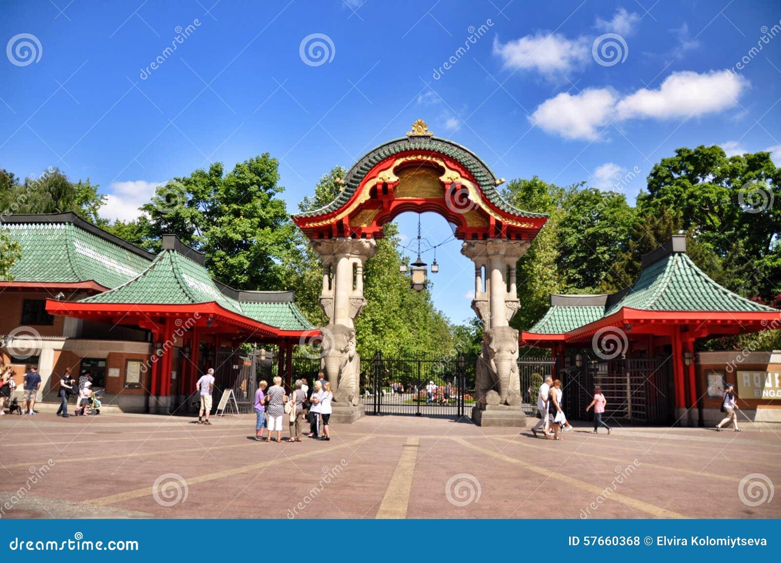 Bezoekers die een kaartje kopen bij de ingang van berlin zoo duitsland redactionele stock foto - Ingang van een huis ...