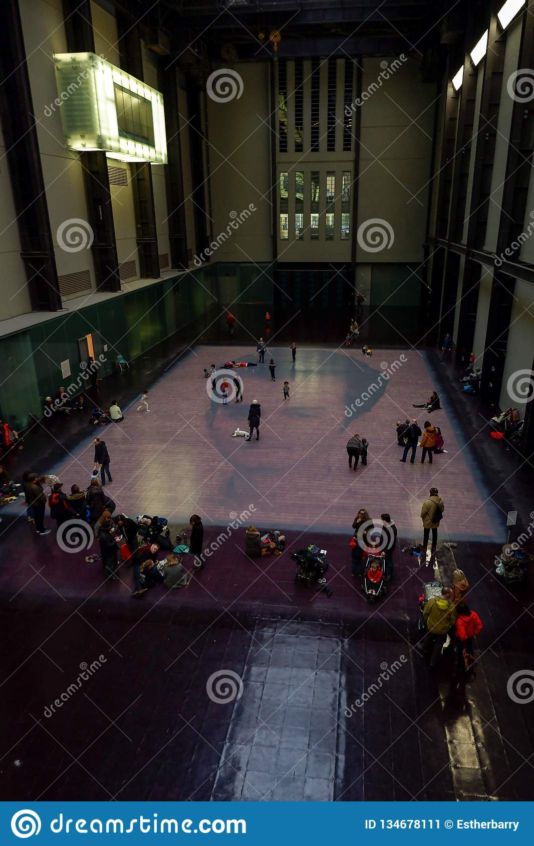 Bezoekers in Tate Modern Gallery