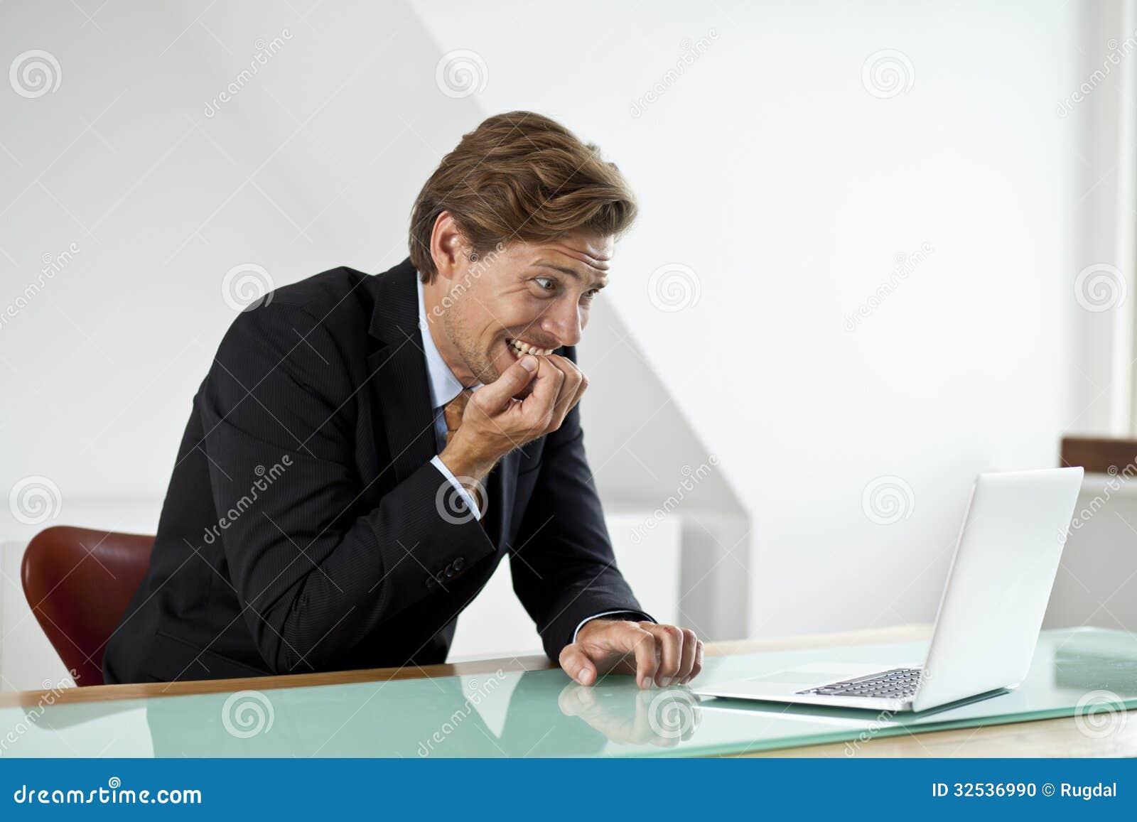 Bezorgde zakenman die laptop bekijken