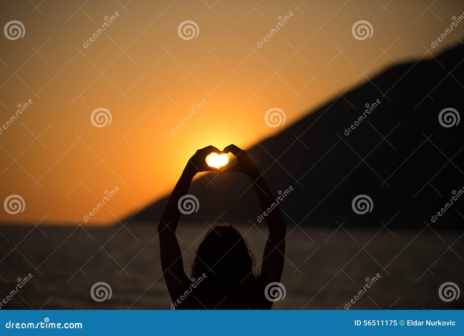 Bezpłatna szczęśliwa kobieta cieszy się zmierzch Obejmujący złotą światło słoneczne łunę zmierzch, cieszy się pokój, spokój w nat