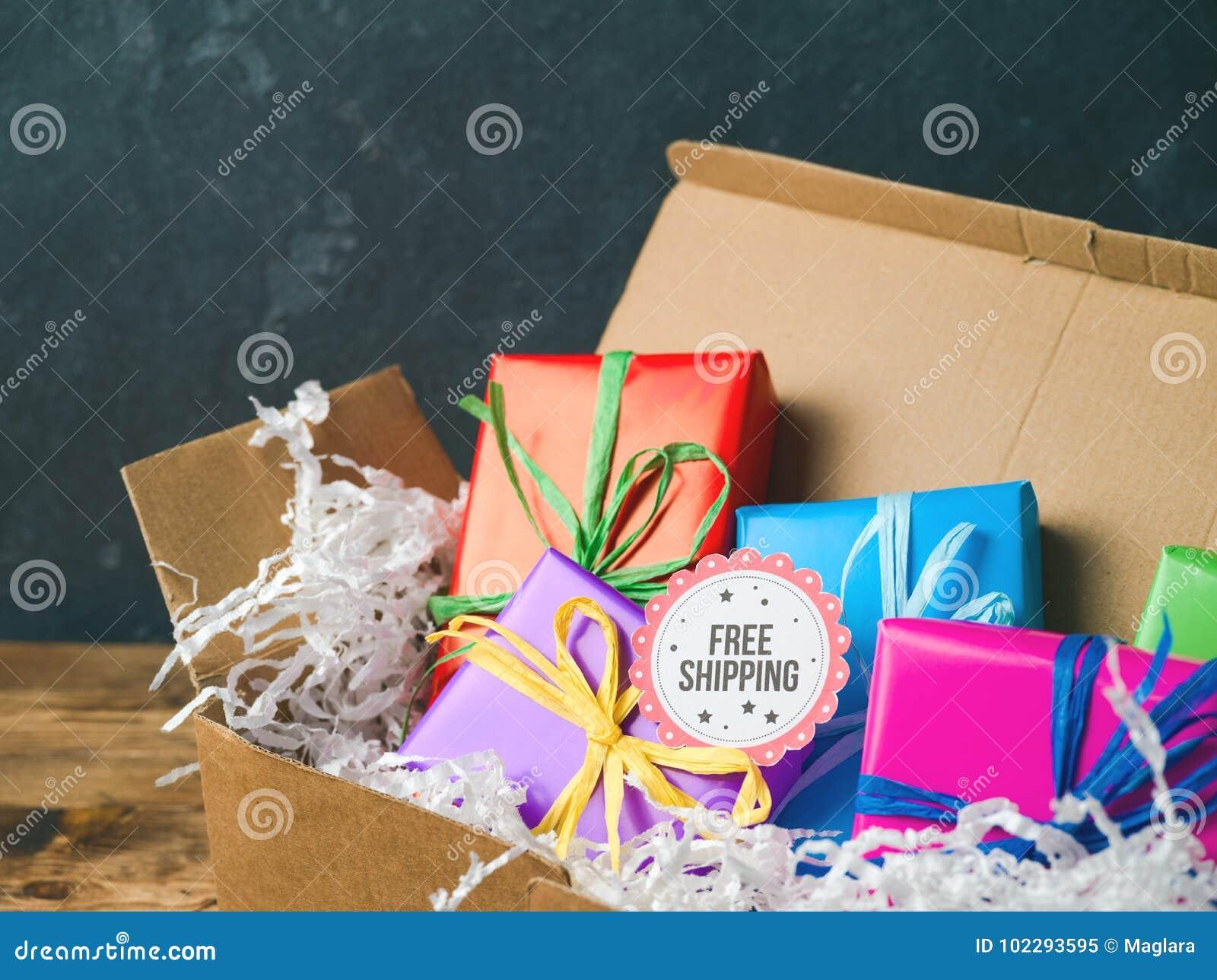 Bezpłatny wysyłki pojęcie z prezentów pudełkami
