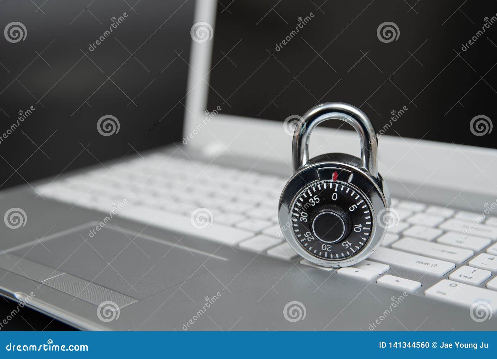 Bezpieczeństwa komputerowego pojęcie, kłódka na laptop klawiaturze