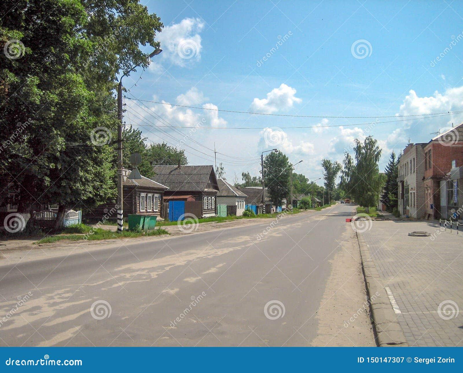 Bezpośrednia asfaltowa ulica wzdłuż wioski z kondygnacja domów i