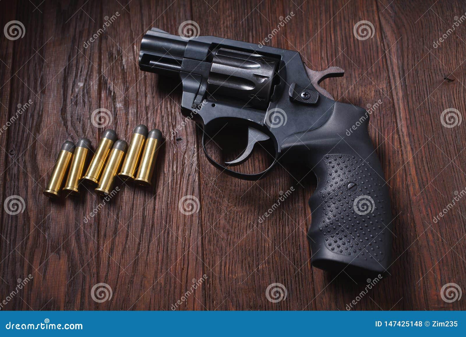 Bezprawny pistolecik na drewnianym stole