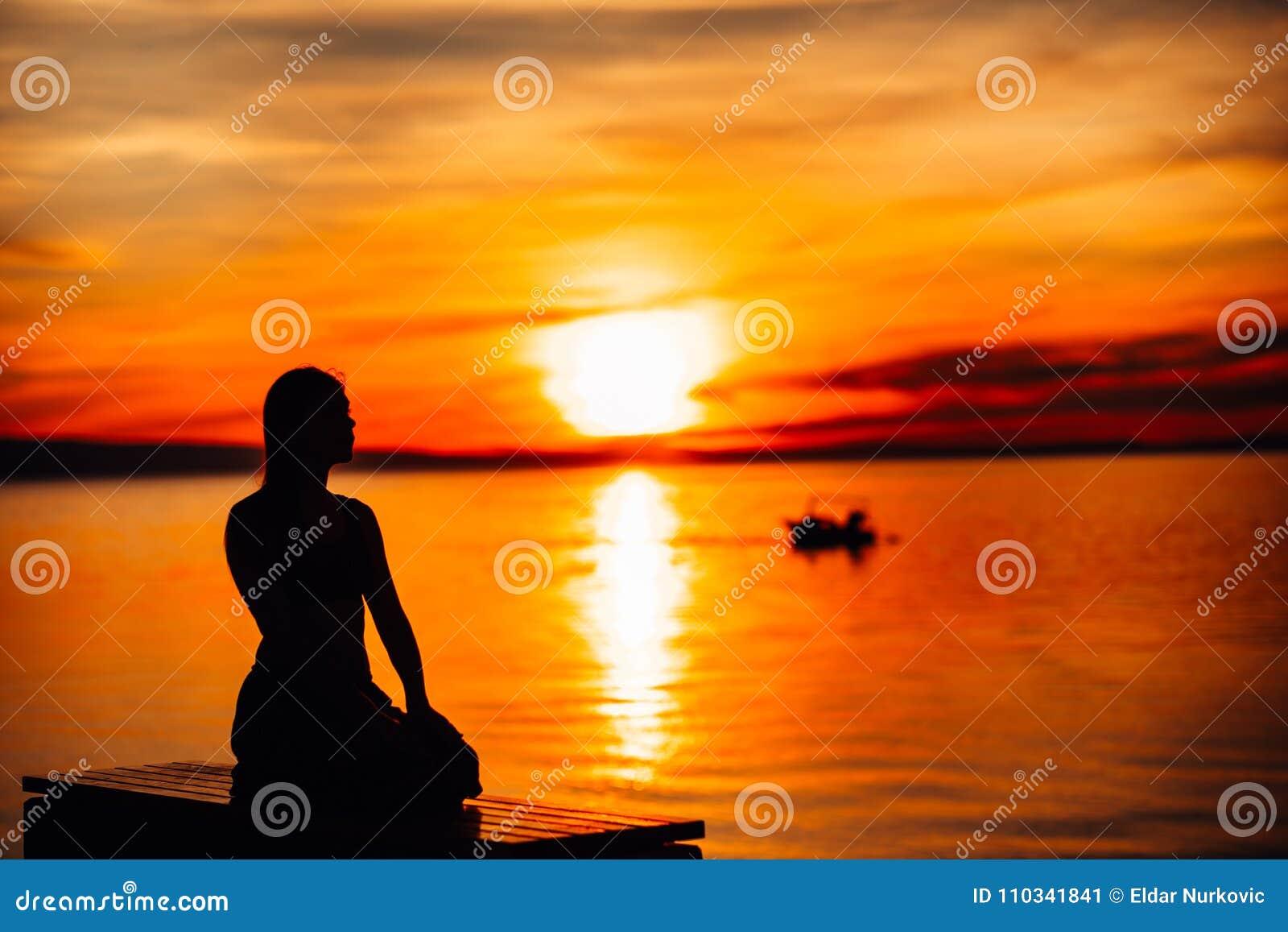 Beztroska spokojna kobieta medytuje w naturze Znajduje wewnętrzny pokój Joga praktyka Duchowy leczniczy styl życia Cieszyć się po