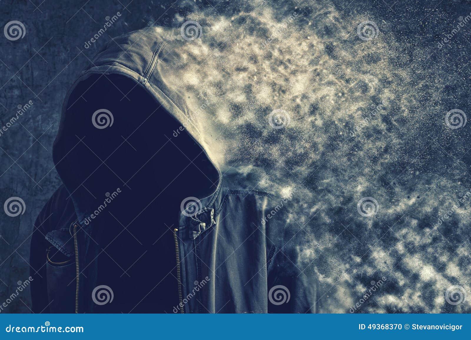 Beztwarzowy unrecognizable mężczyzna znika w pył