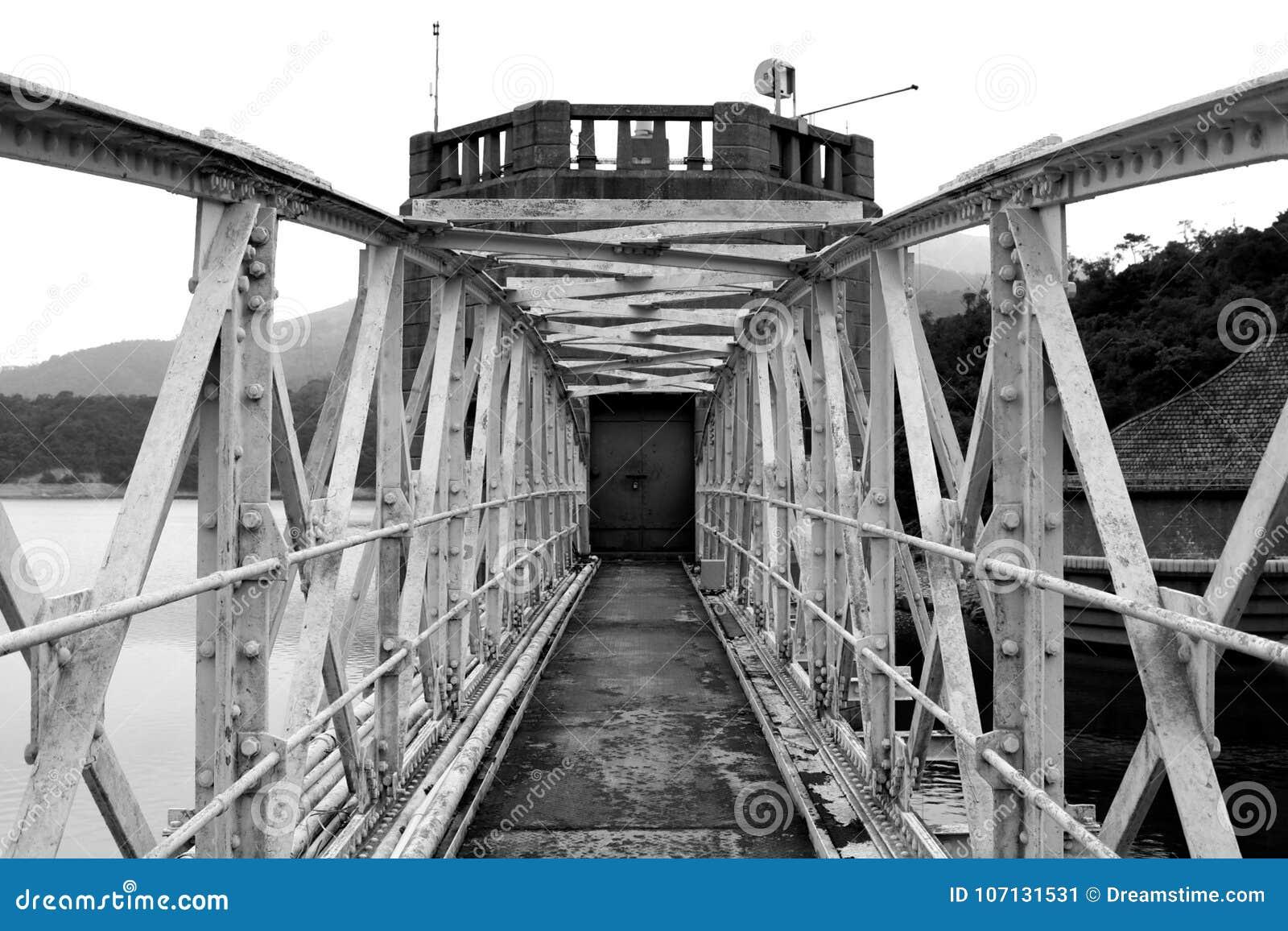 Bezużyteczny zamknięty most