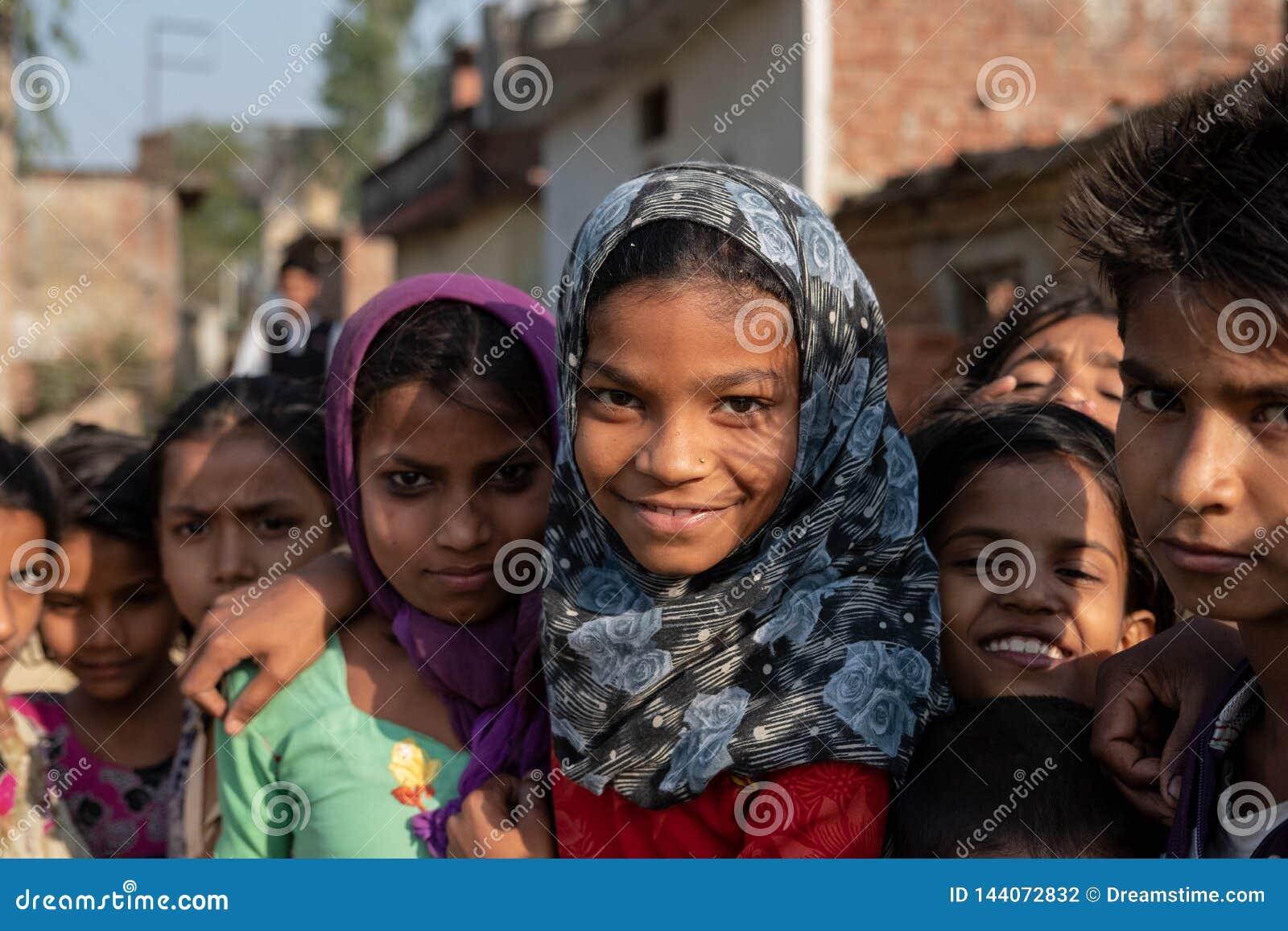 Bhadarsa Uttar Pradesh, India, Kwiecień,/- 2, 2019: Grupa dziewczyny poza dla fotografii na zewnątrz ich wioski