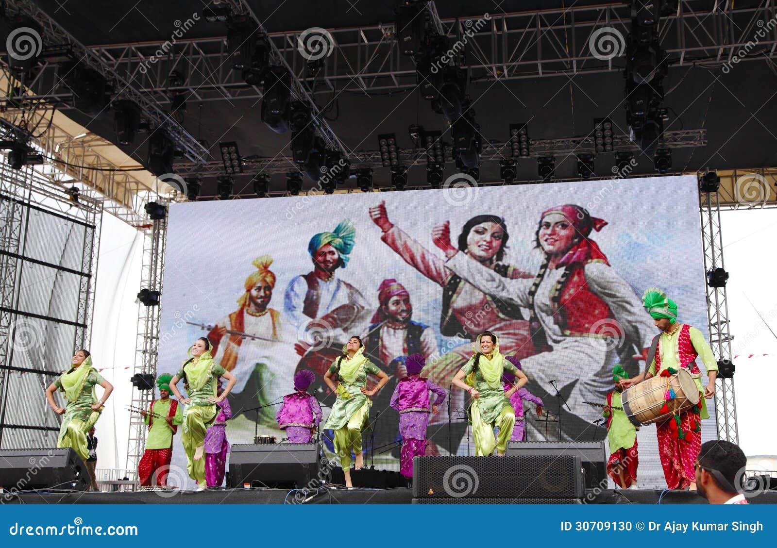 Bhangra印度的帝国马戏团执行在惯例1 2013年,巴林