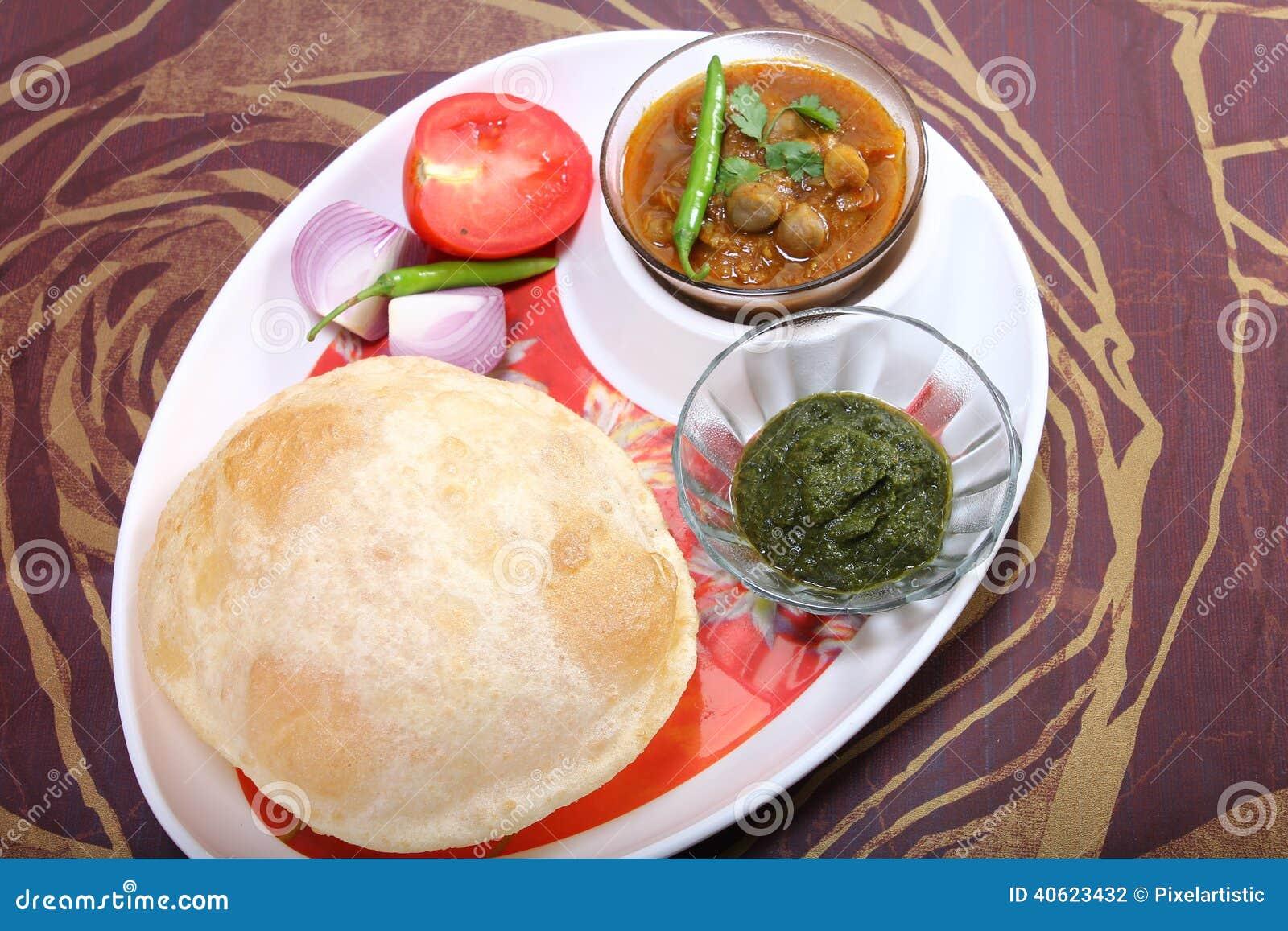 Bhature de Chole avec l écrimage vert de chutney et de piment