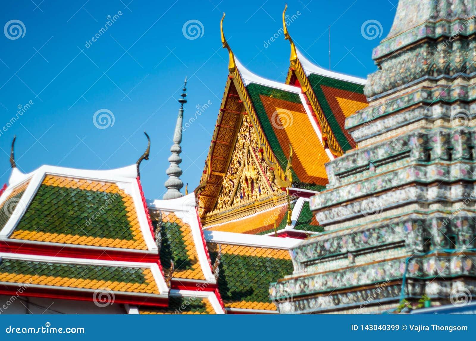 Bhuddhist färgrikt tempeltak