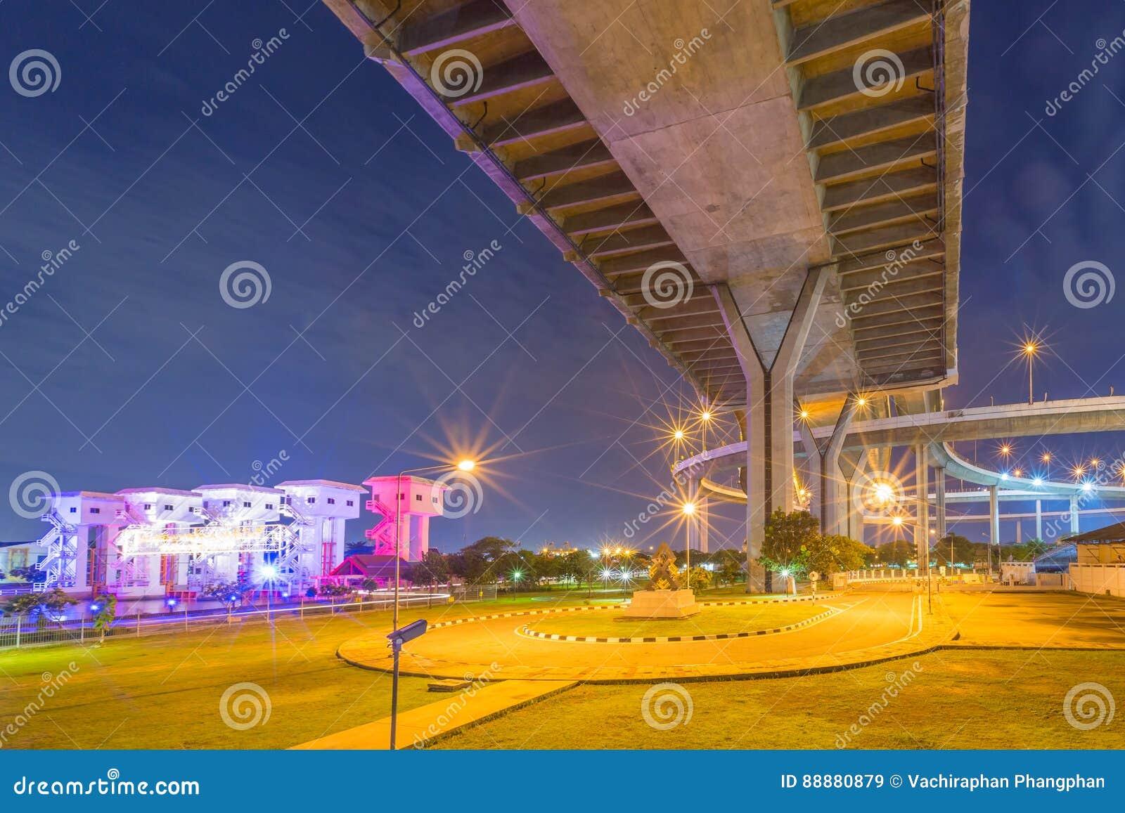Bhumibol桥梁在晚上