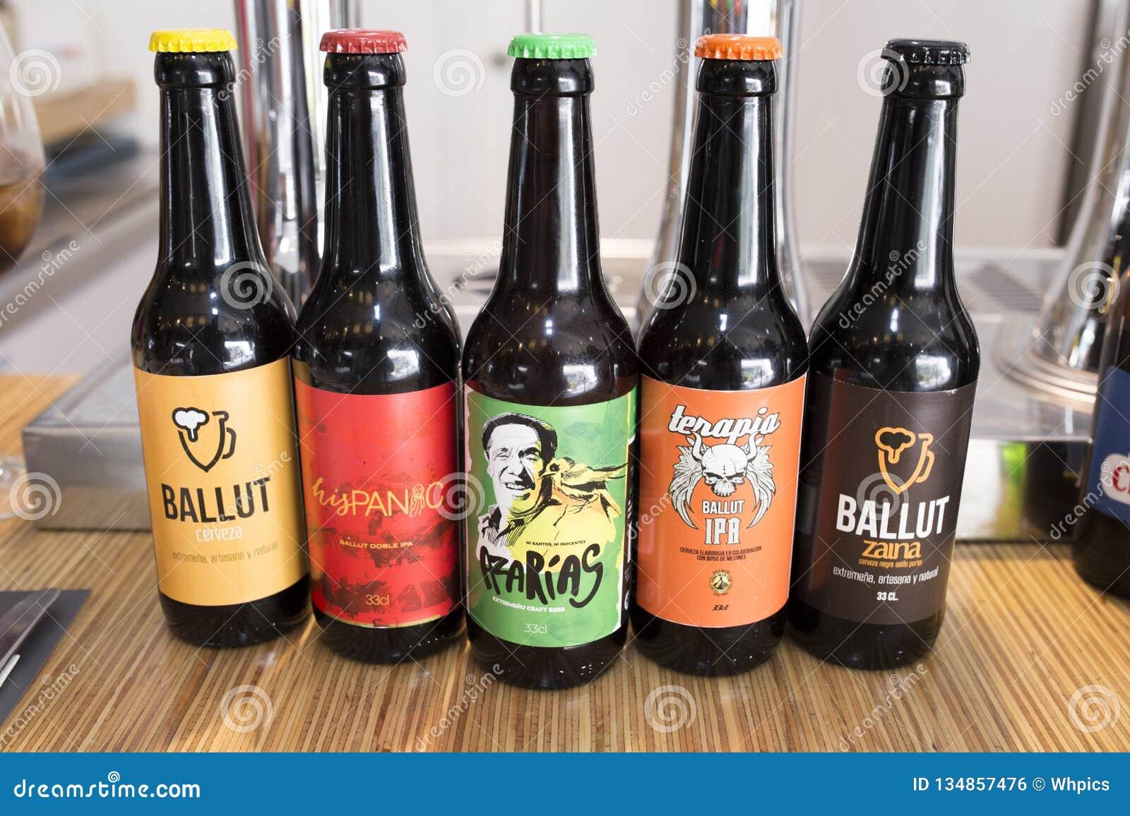 Bière artisanale d extremaduran montrée au-dessus du dessus de barre