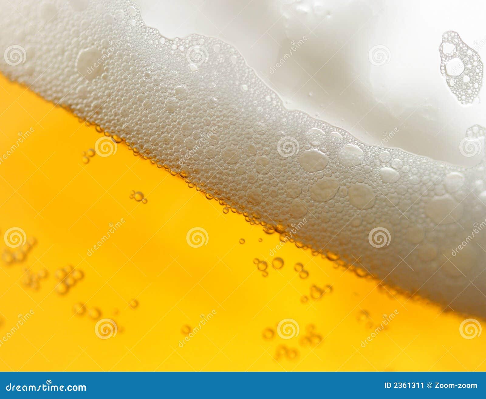 Bière avec la mousse